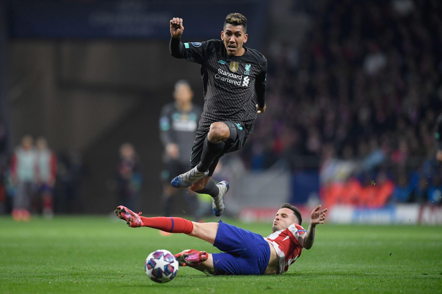 El centrocampista español del Atlético de Madrid Saúl Niguez (abajo) desafía al centrocampista brasileño del Liverpool Roberto Firmino durante la UEFA Champions League, octavos de final.Foto:AFP