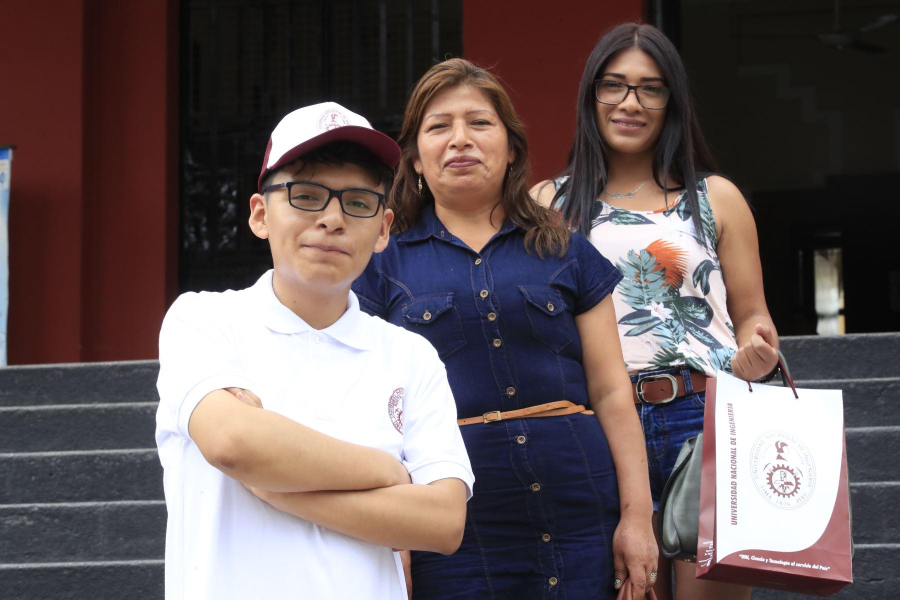 La Universidad Nacional de Ingeniería presentó tres primeros puestos del Concurso de Admisión 2020-1. Alessandro Lisarazo Ortíz, primer puesto acompañado de su madre y hermana  Foto: ANDINA/Juan Carlos Guzmán Negrini.
