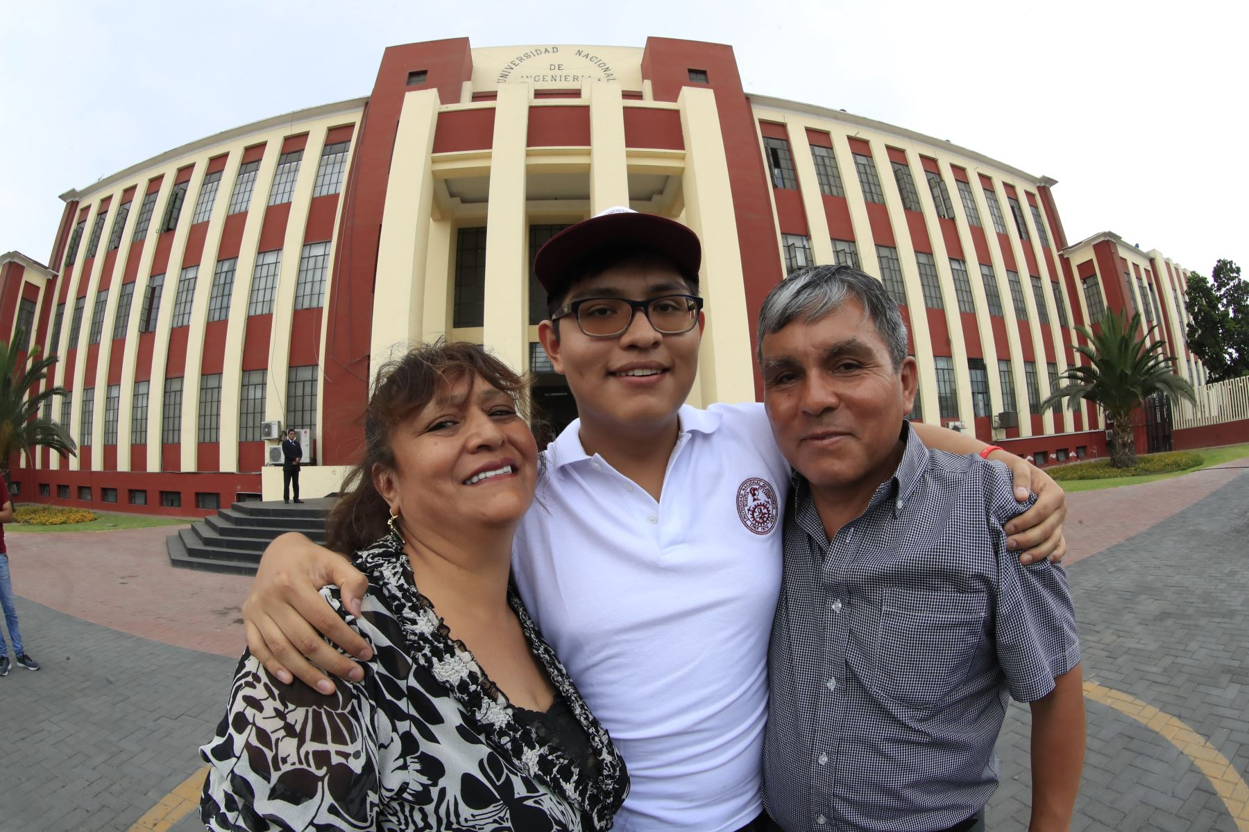 Salvador Loayza Segura, segundo puesto acompañado de sus padres  Foto: ANDINA/Juan Carlos Guzmán Negrini.