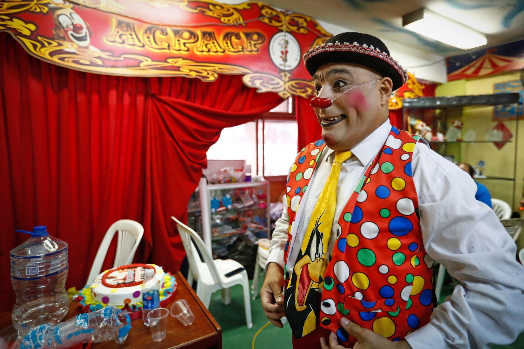 """El payaso """"Pininolas"""" se alista para el homenaje a Ricardo Farfán, conocido en el ambiente artístico como el payaso """"Pitito"""" por sus 96 años. Foto: ANDINA/Carlos Lezama"""