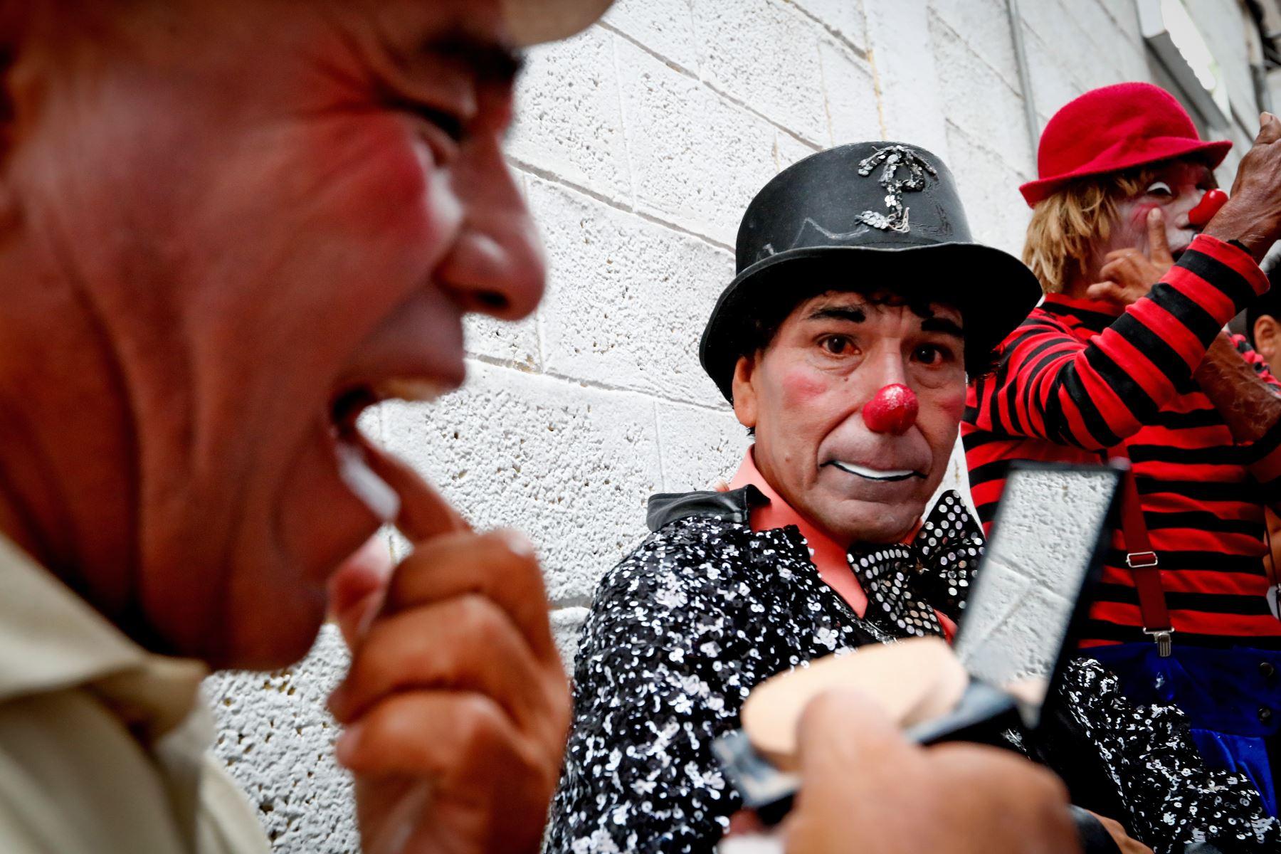 """Los payasos """"Corazoncito"""", """"Chiquilin"""" y """"Piojito"""" se alistan para el homenaje a Ricardo Farfán, conocido en el ambiente artístico como el payaso """"Pitito"""" por sus 96 años. Foto: ANDINA/Carlos Lezama"""