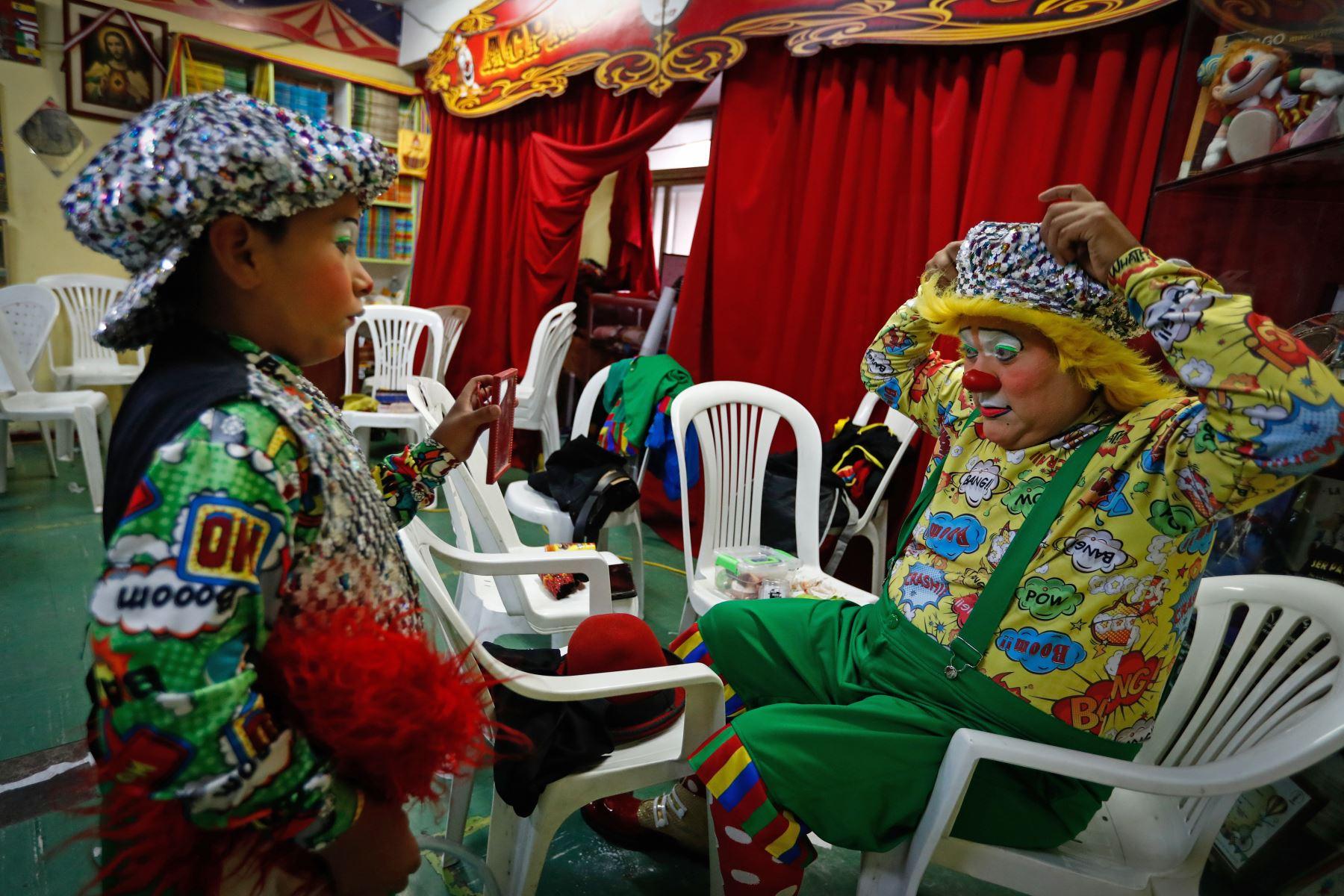 """El payaso """"Elegantito"""" e hijo se maquillan para el homenaje a Ricardo Farfán, conocido en el ambiente artístico como el payaso """"Pitito""""  por sus 96 años. Foto: ANDINA/Carlos Lezama"""
