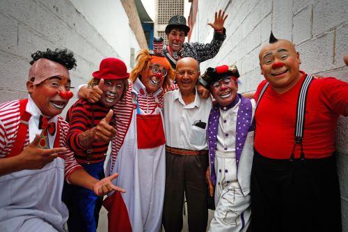 """19/02/2020   Los payasos """"Corazoncito"""", """"Chiquilin"""", """"Piojito"""" """"Odontoloco"""" y """"Plumerito"""" junto a Ricardo Farfán, conocido en el ambiente artístico como el payaso """"Pitito"""" por sus 96 años. Foto: ANDINA/Carlos LezamaANDINA/Carlos Lezama"""