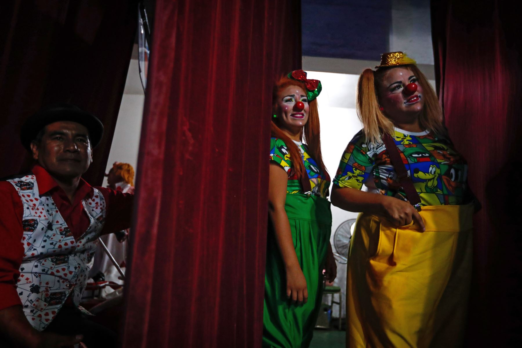 """El mago """"Tarbilly"""", las payasas """"Vaichy"""" y """"Ginger"""" durante el homenaje a Ricardo Farfán, conocido en el ambiente artístico como el payaso """"Pitito"""" por sus 96 años. Foto: ANDINA/Carlos Lezama"""