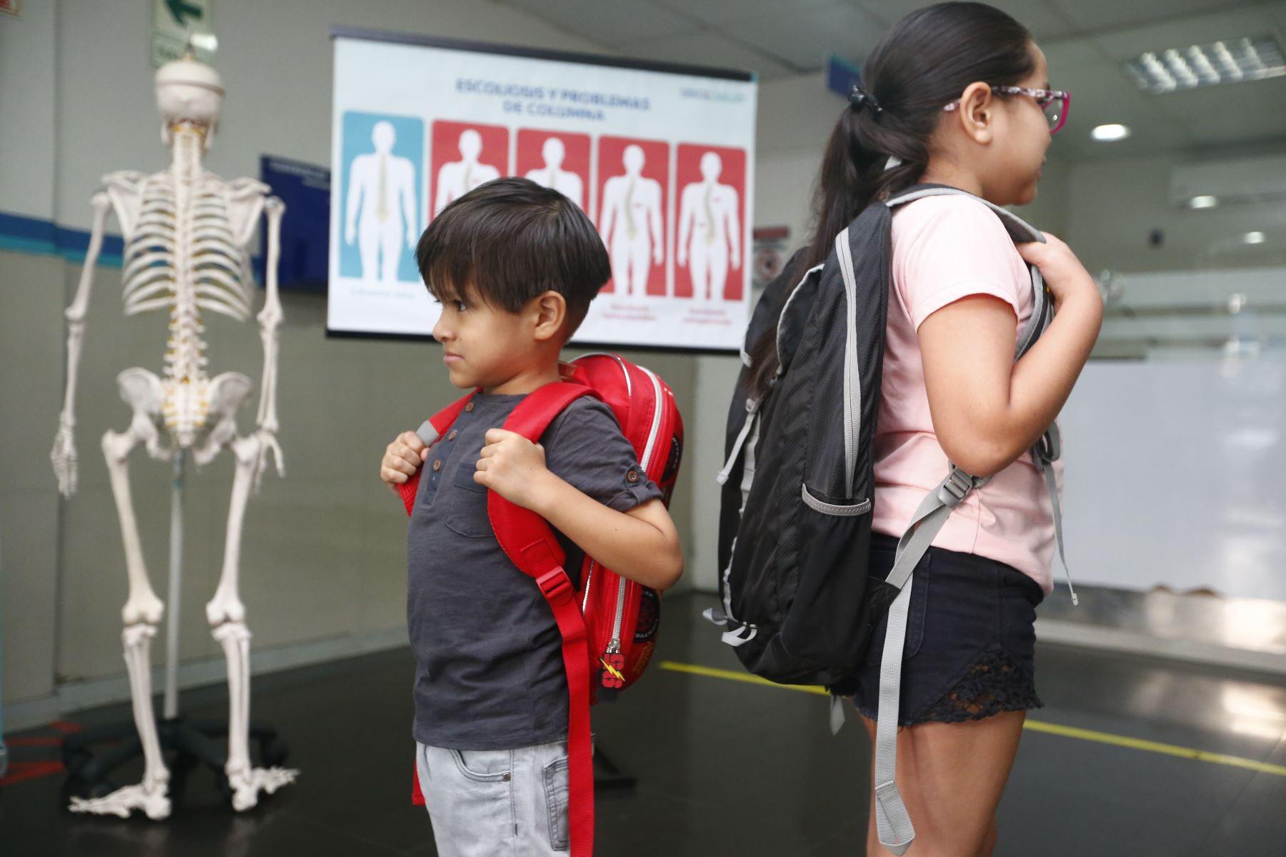 Especialista en terapia física advierte que exceso de peso en las mochilas de los escolares podría generar lesiones en la población infantil. Foto: ANDINA/Jhonel Rodríguez Robles