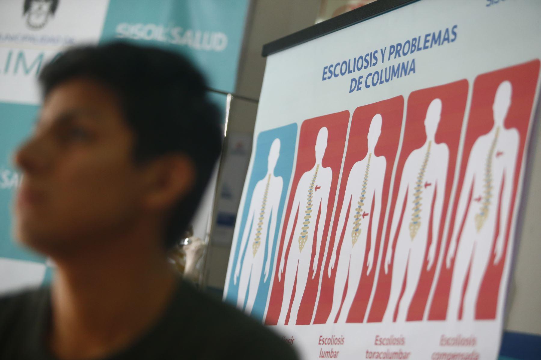 El uso incorrecto de la mochila podría generar escoliosis en los alumnos. Foto: ANDINA/Jhonel Rodríguez Robles