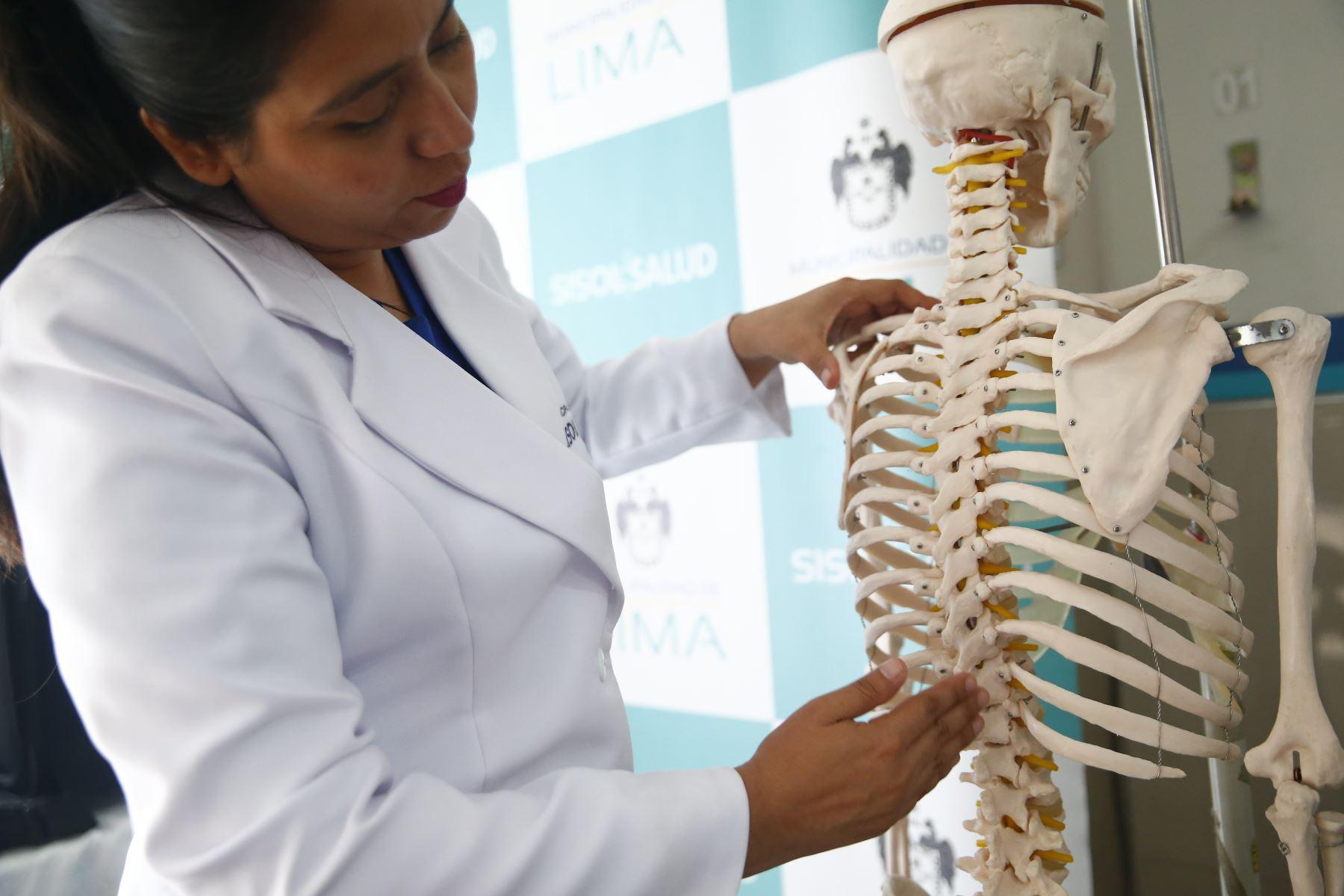 Las desviaciones de columna son frecuentes en los alumnos que usan la mochila pesada de un solo lado del cuerpo. Foto: ANDINA/Jhonel Rodríguez Robles