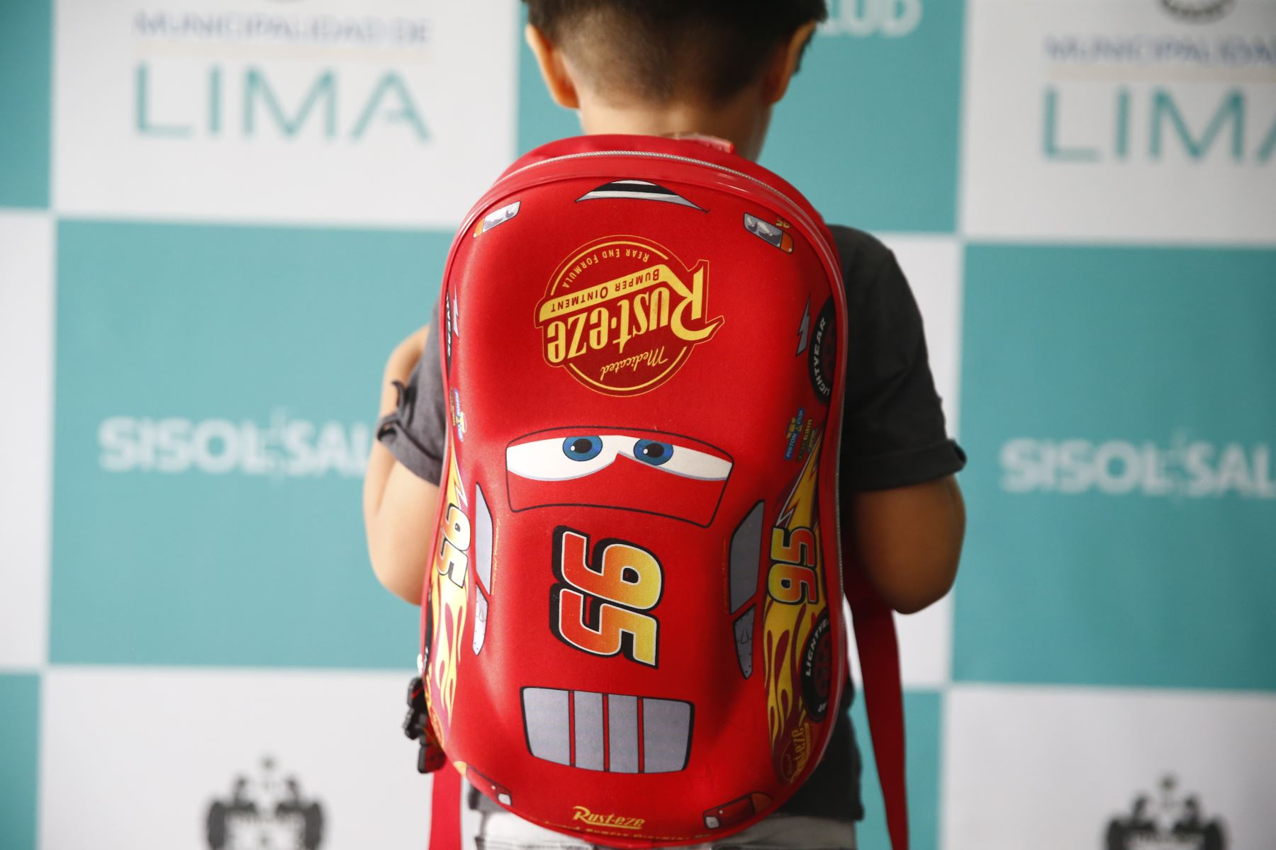 La mochila no debe exceder el 10% del peso corporal del niño. Foto: ANDINA/Jhonel Rodríguez Robles