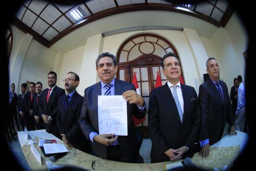 Parlamentarios de mesa multipartidaria firman acuerdo de gobernabilidad.