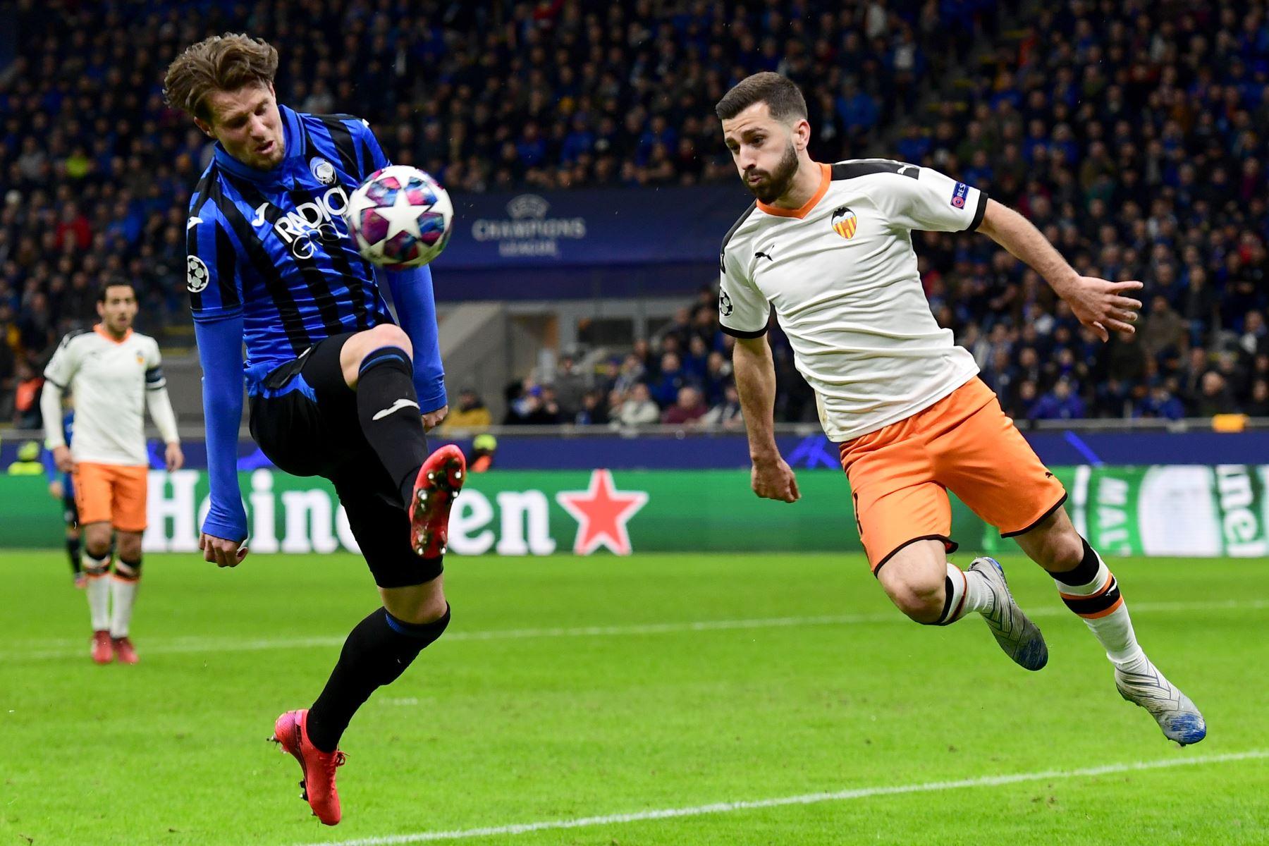 El defensor holandés de Atalanta, Hans Hateboer (L) y el defensor español de Valencia, José Luis Gaya Peña, van por el balón durante la ronda de 16 de la UEFA Champions League.Foto:AFP