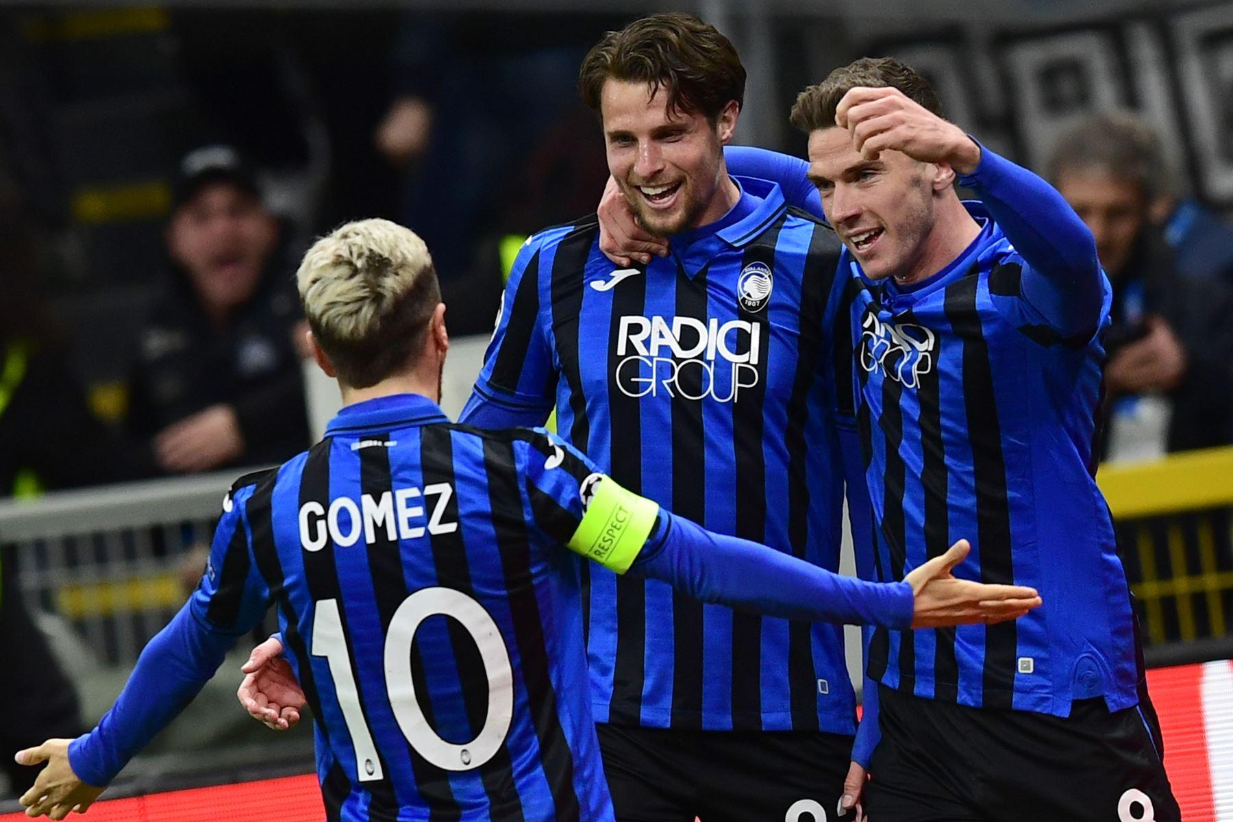 El defensor holandés de Atalanta, Hans Hateboer (C) celebra con el delantero argentino de Atalanta, Papu Gómez (L) y el defensor alemán de Atalanta, Robin Gosens, después de abrir el marcador durante el partido de ida de octavos de final de la UEFA Champions League.Foto:AFP