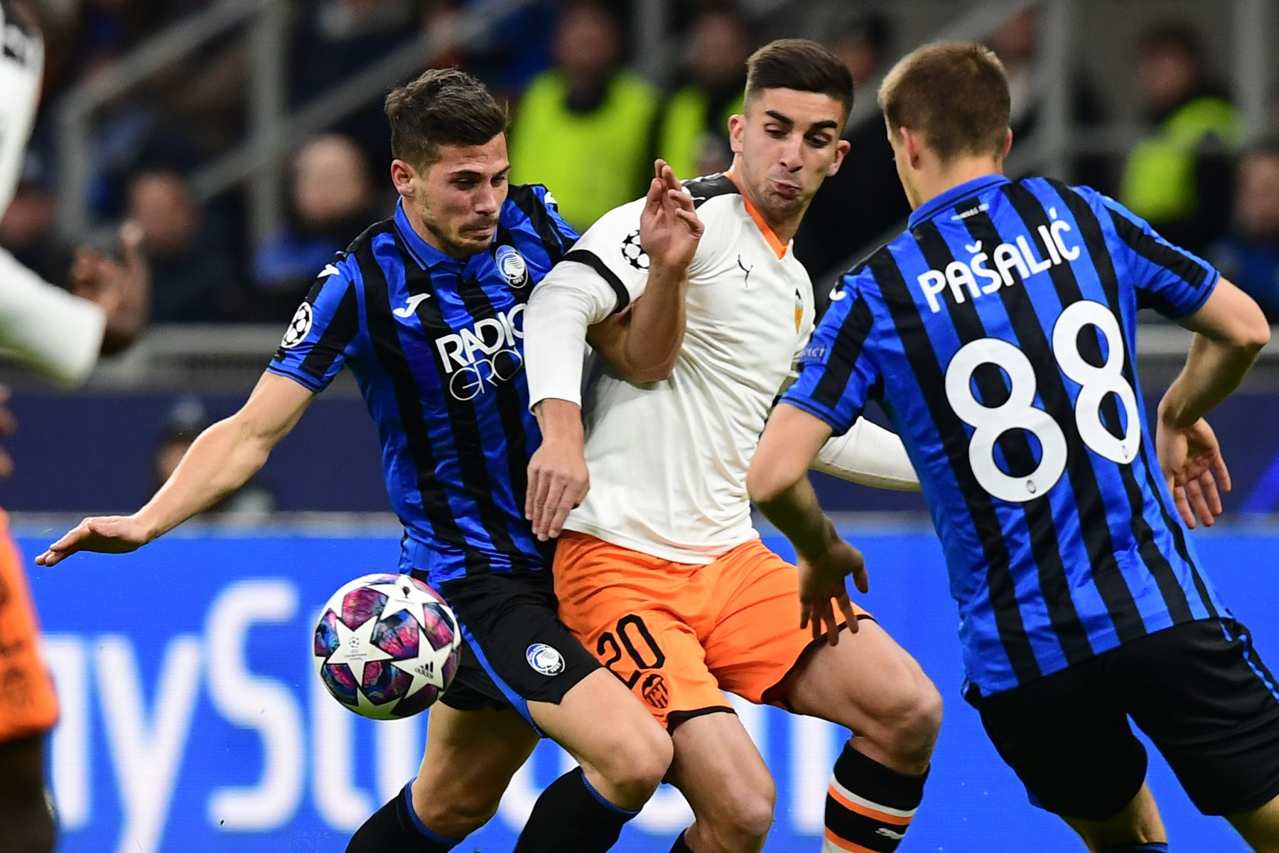 El centrocampista suizo de Atalanta, Remo Freuler (L) y el centrocampista español de Valencia, Ferran Torres, van por el balón durante la ronda de 16 de la UEFA Champions League.Foto:AFP
