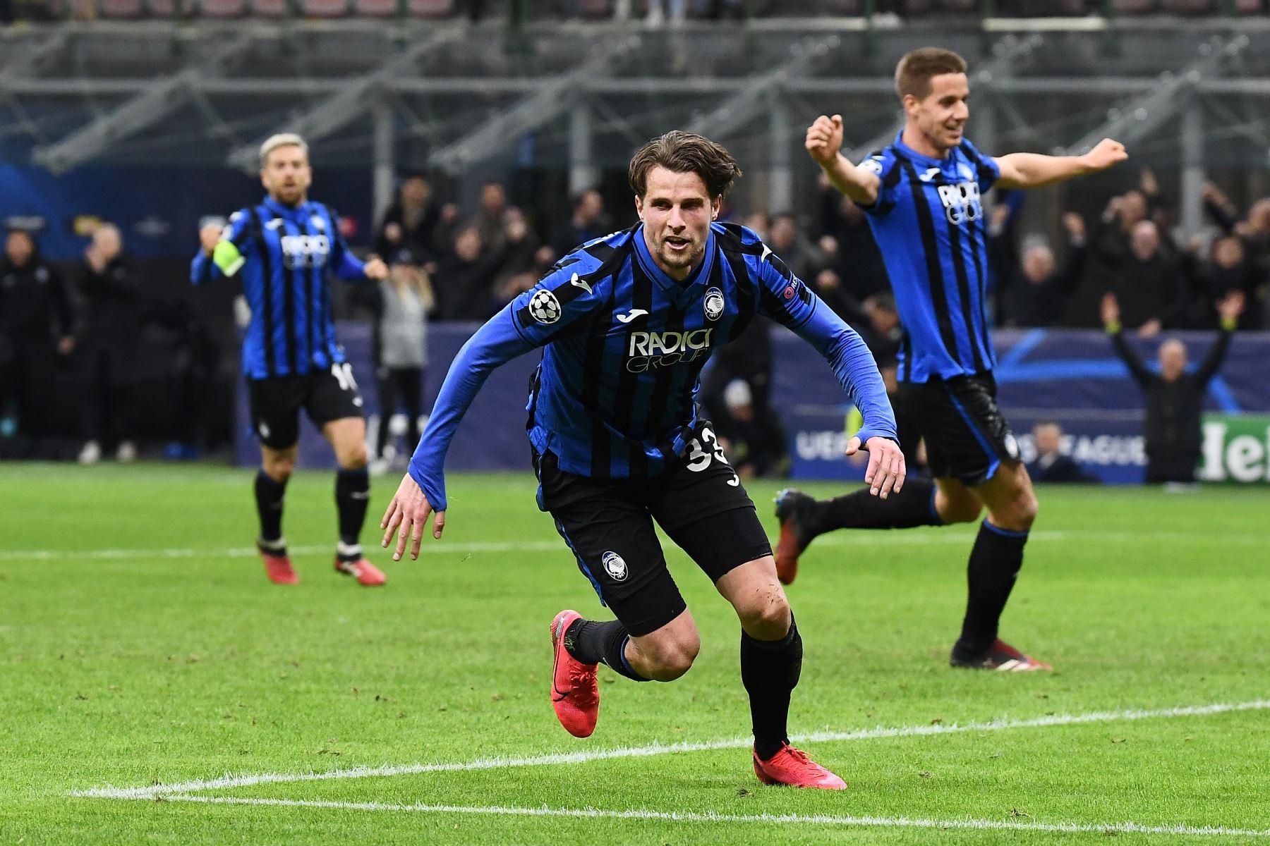 El defensor holandés de Atalanta, Hans Hateboer, celebra después de marcar su segundo gol durante el partido de ida de octavos de final de la UEFA Champions League Atalanta Bergamo vs Valencia. Foto:AFP