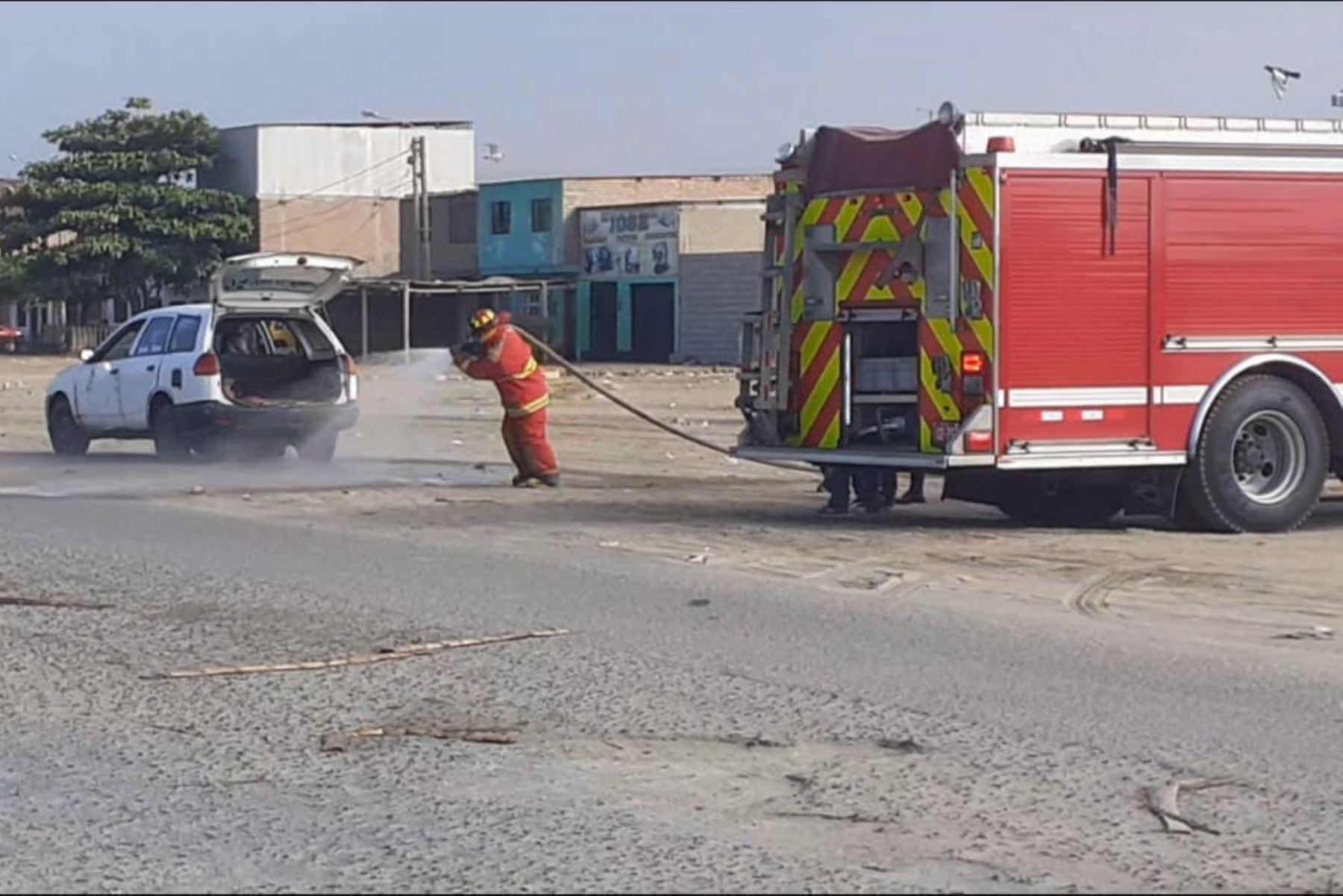La rápida intervención de los bomberos permitió controlar la fuga de gas licuado de petróleo de un auto en circulación sin ocasionar daño personales.