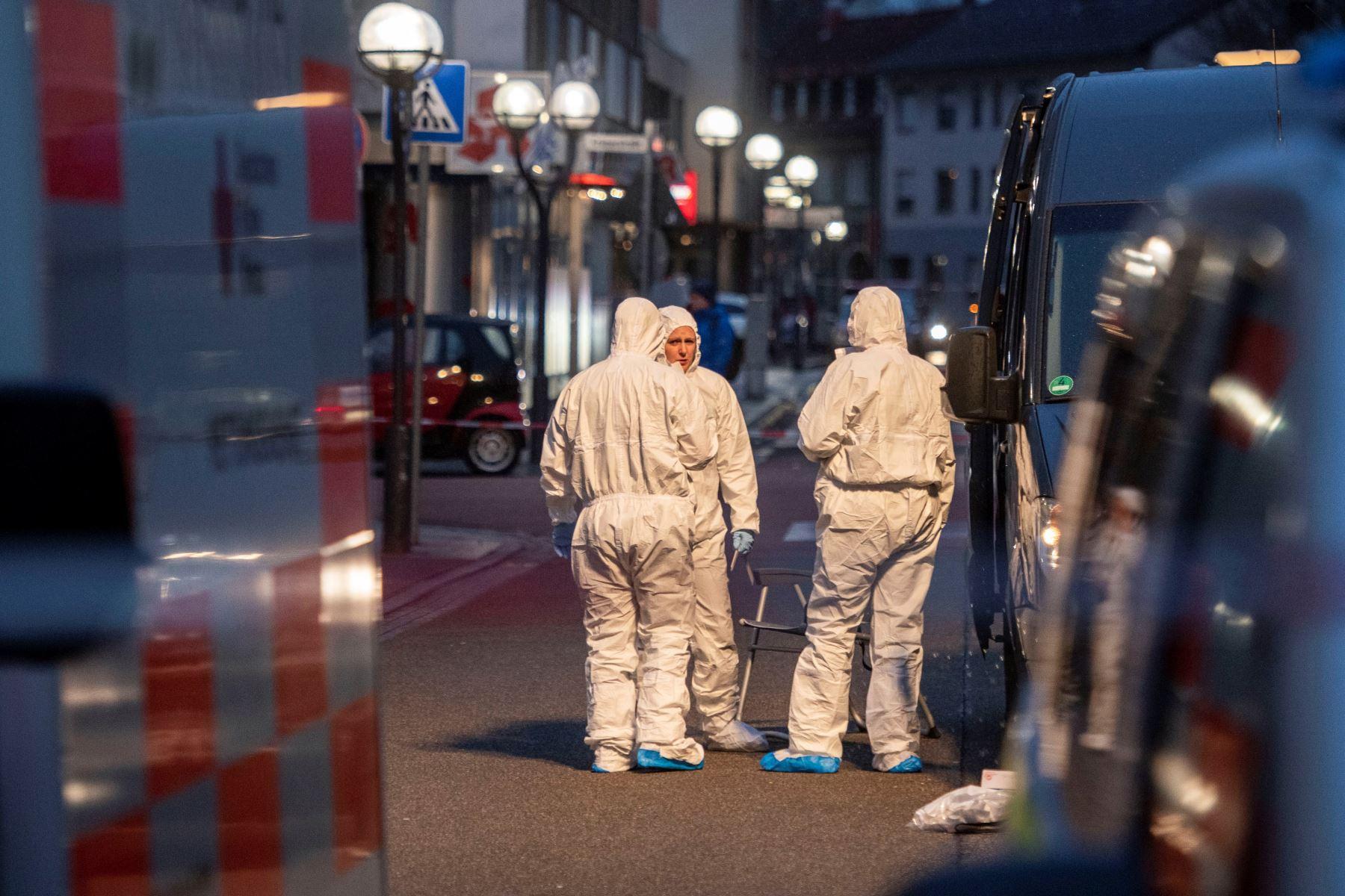 Los servicios de emergencia y la policía trabajan en el lugar del tiroteo en Hanau, Alemania occidental. Foto: AFP
