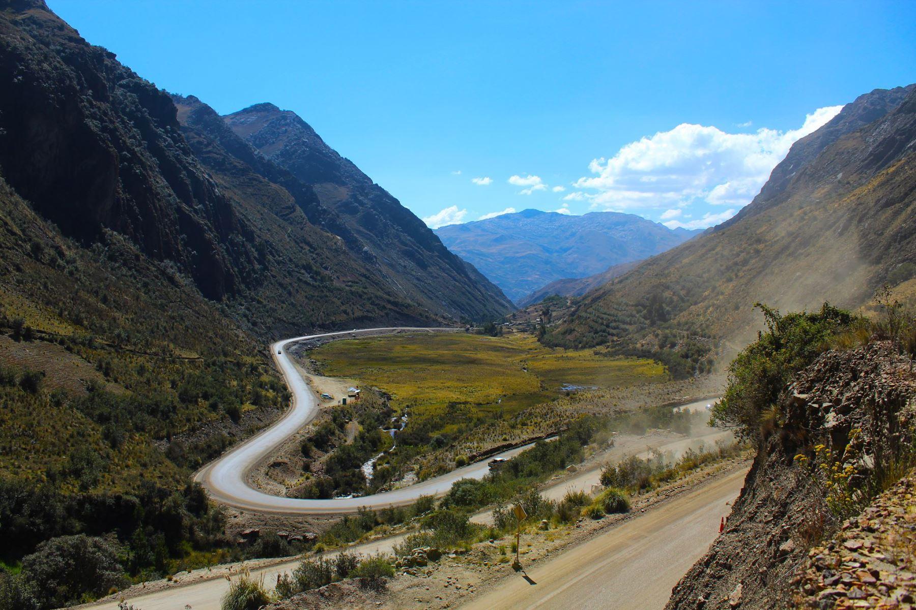 Para interconectar pueblos de la costa y la sierra de la región Áncash se asfaltarán 1,484 kilómetros de carreteras.