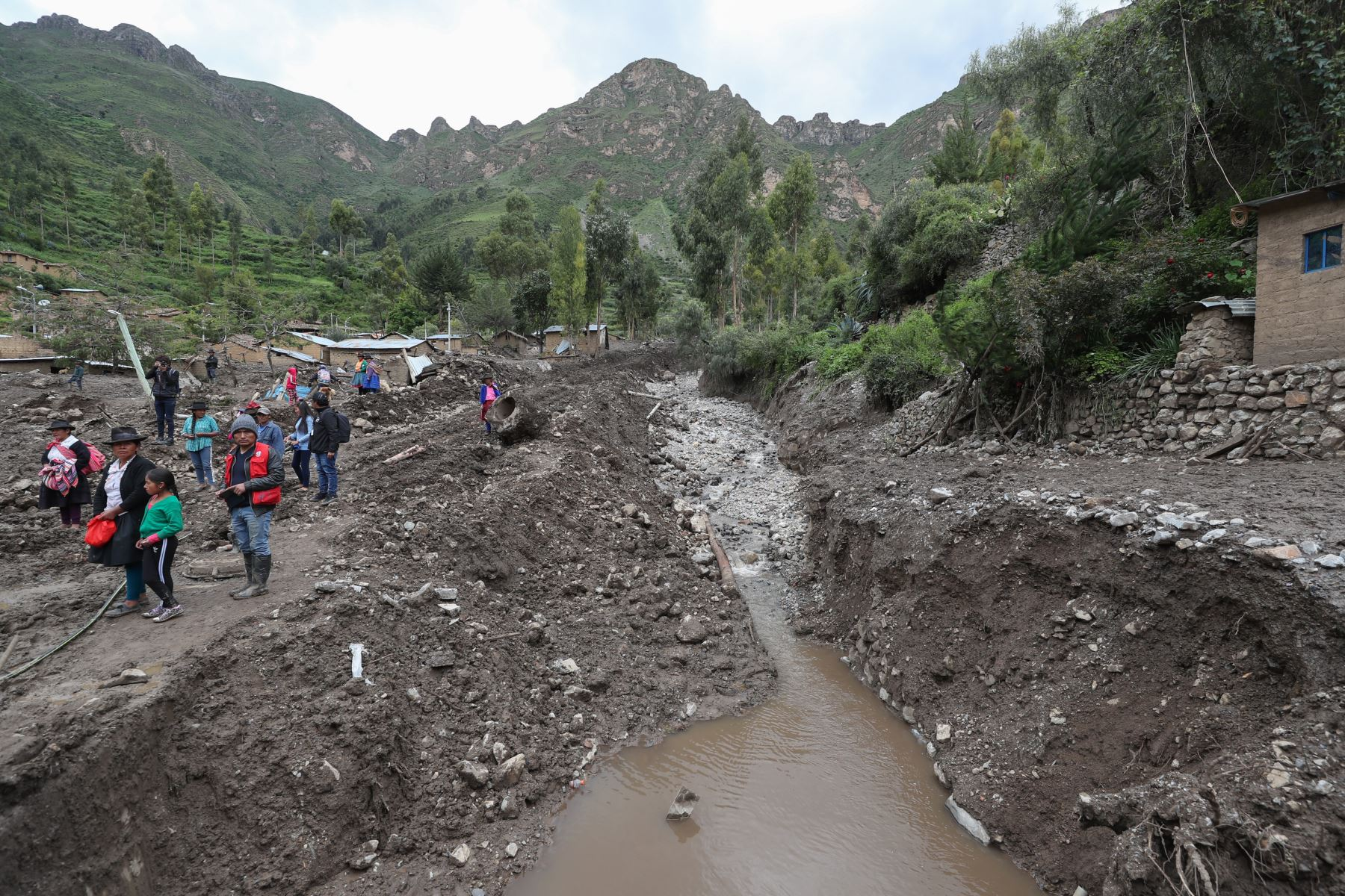 Ministro de Defensa, Walter Roger Martos  y Ministro de Vivienda , Rodolfo Eugenio Yáñez inspeccionaron daños ocasionados por caída de huaico en la localidad de Cocas, en Ayacucho. Foto:  Mindef