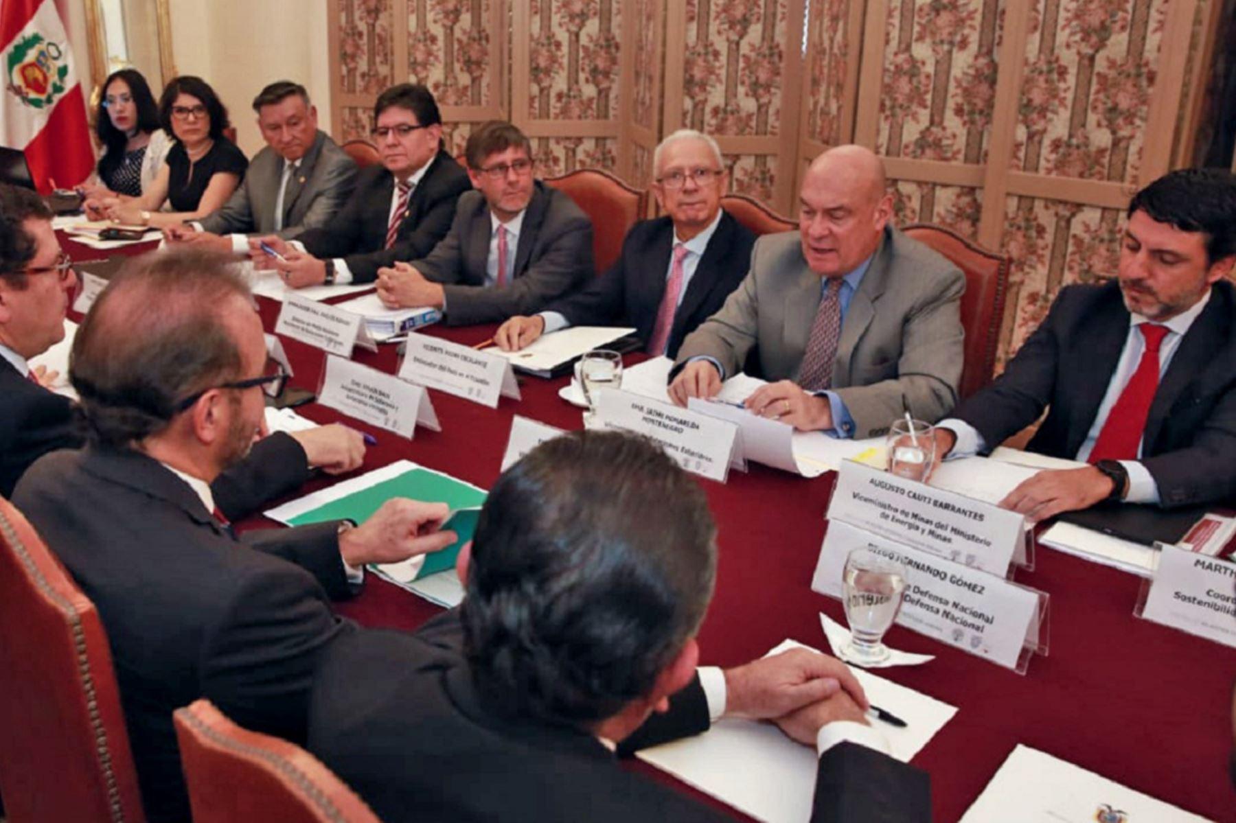 Reunión de autoridades de Perú y Ecuador en Quito, para abordar lucha contra la minería ilegal. Foto: Cortesía.