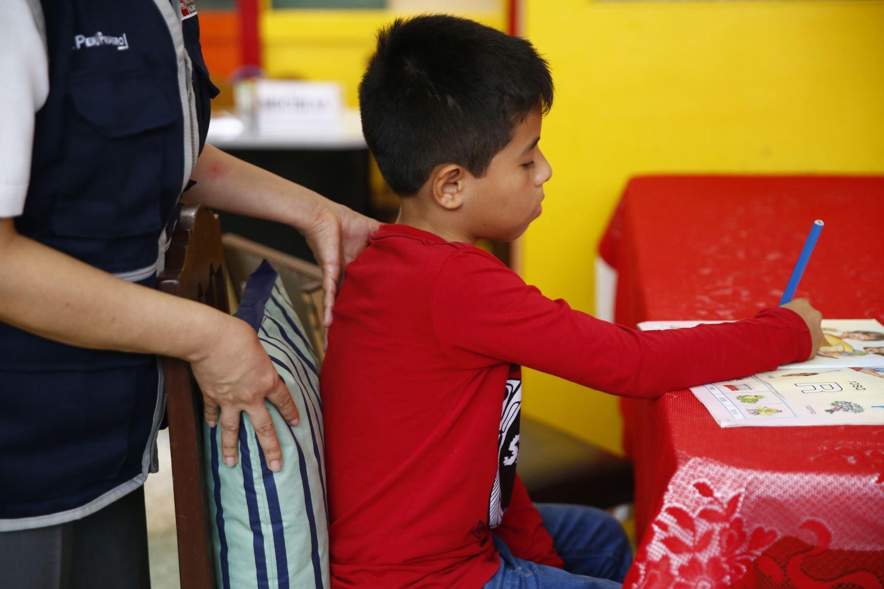 Es recomendable colocar una almohada o cojín en el espaldar del niño cuando realiza sus tareas a fin de que tenga una buena postura. Foto: ANDINA/Jhonel Rodríguez Robles