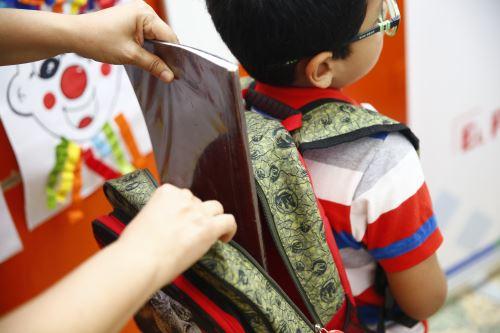 MINSA recomienda como elegir la mochila que evitará lesiones en los niños