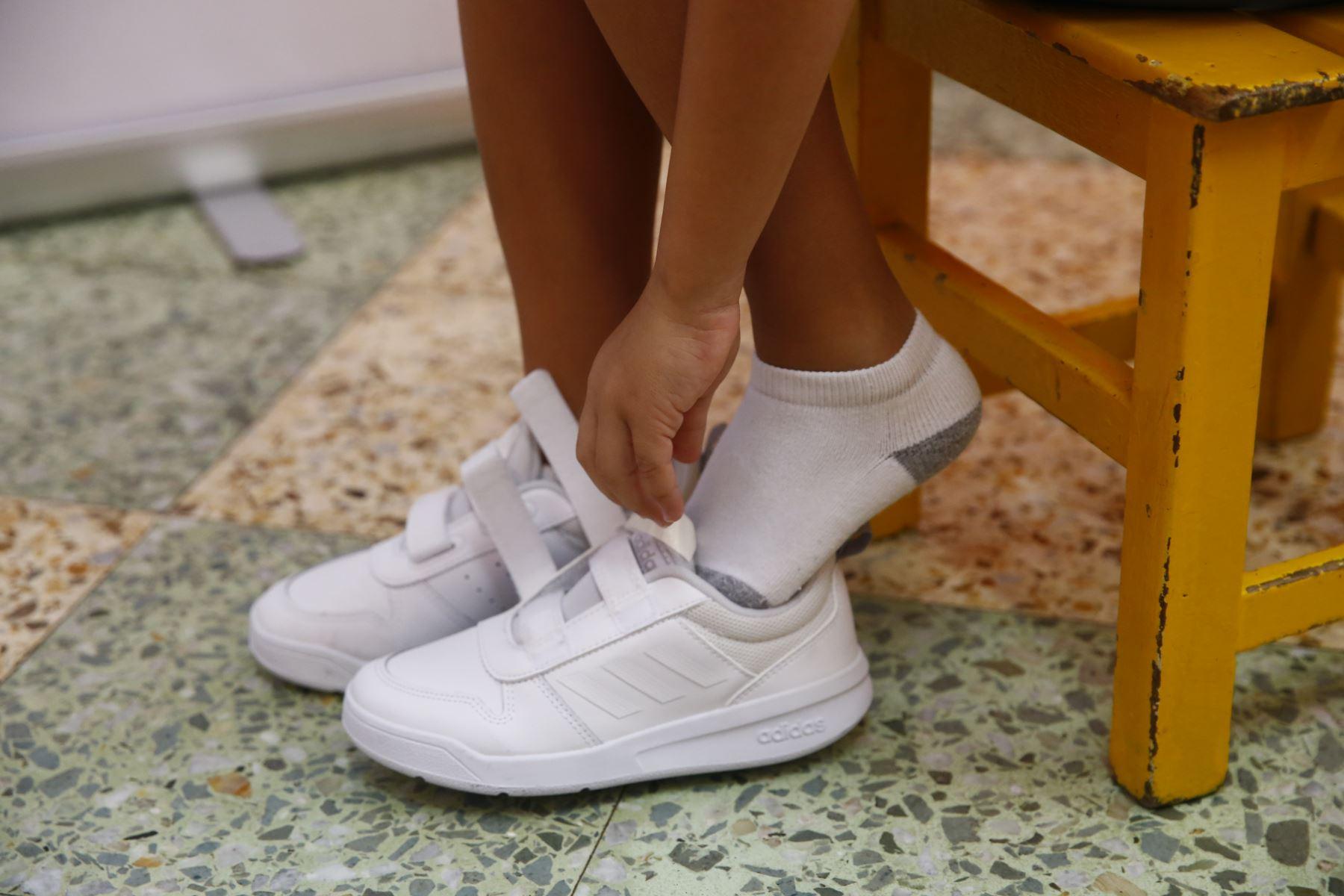 Las zapatillas de educación física deben tener una buena plantilla para una mejor amortiguación. Foto: ANDINA/Jhonel Rodríguez Robles