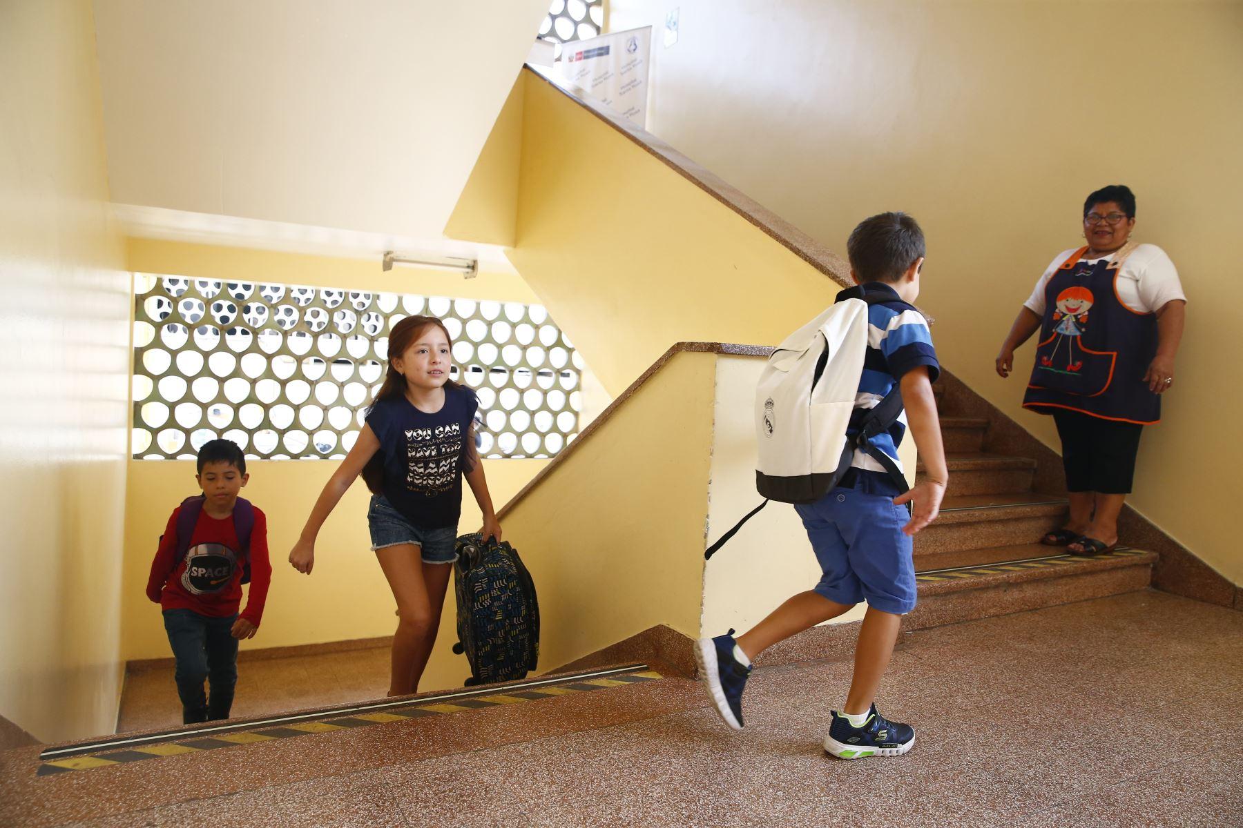 MINSA recomienda como elegir la mochila que evitará lesiones en cuello y espalda en los niños. Foto: ANDINA/Jhonel Rodríguez Robles