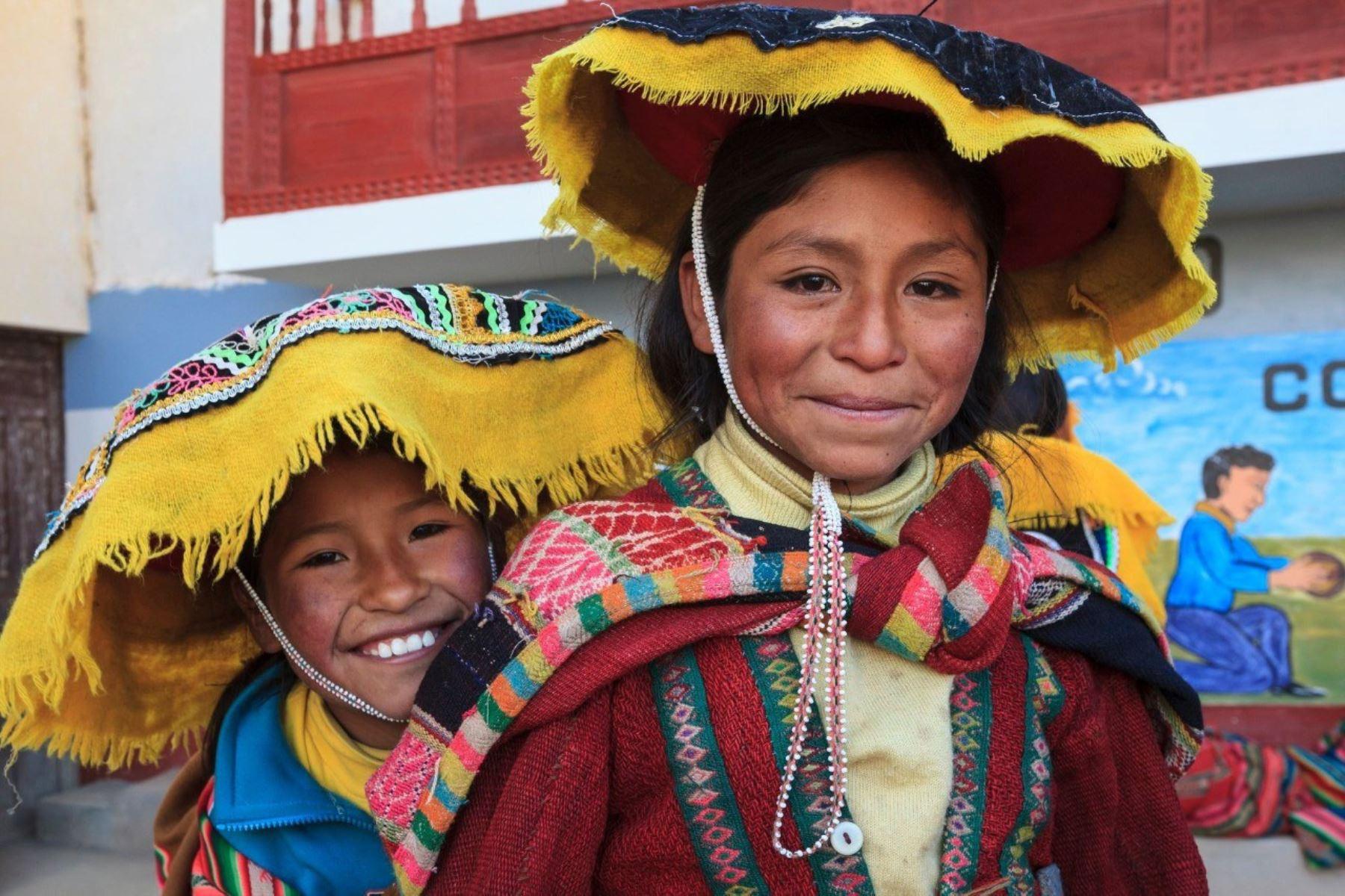 El Perú cuenta actualmente con 48 lenguas originarias, las cuales están agrupadas en 19 familias lingüísticas y constituyen medios de comunicación de 55 pueblos indígenas u originarios. ANDINA/Difusión