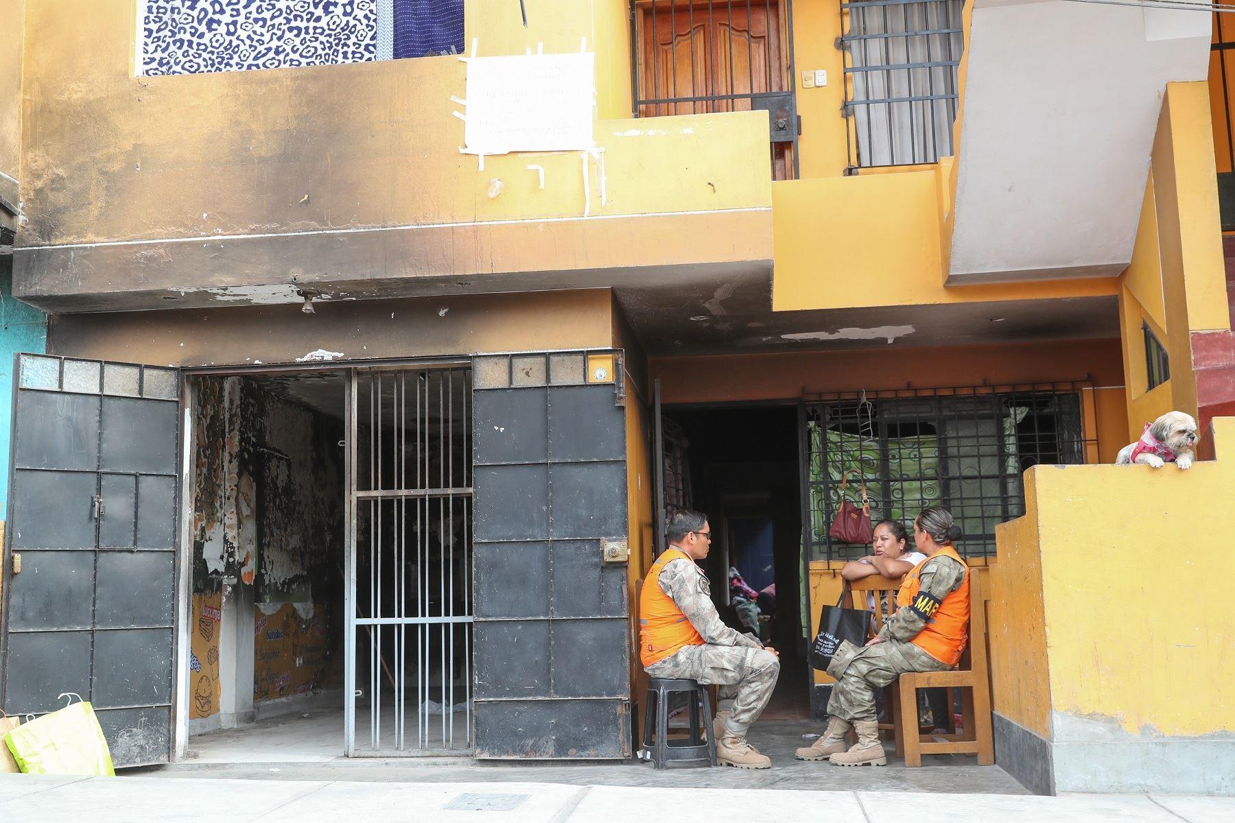 Oficiales de las Fuerzas Armadas acompañan a familias damnificadas de Villa El Salvador: Foto: Difusión.