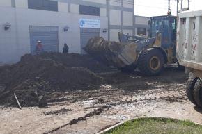 Huaico en Tacna afectó varias vías y predios de la Ciudad Heroica. Autoridades realizan labores de limpieza con ayuda de maquinaria.