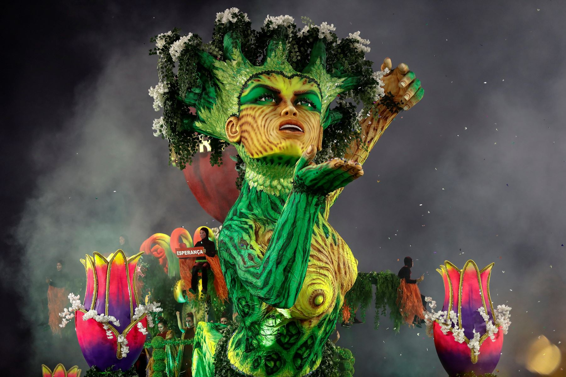 Integrantes de la escuela de samba del Grupo Especial Mancha Verde durante la celebración del carnaval en el sambódromo de Anhembí en Sao Paulo (Brasil). Foto: EFE