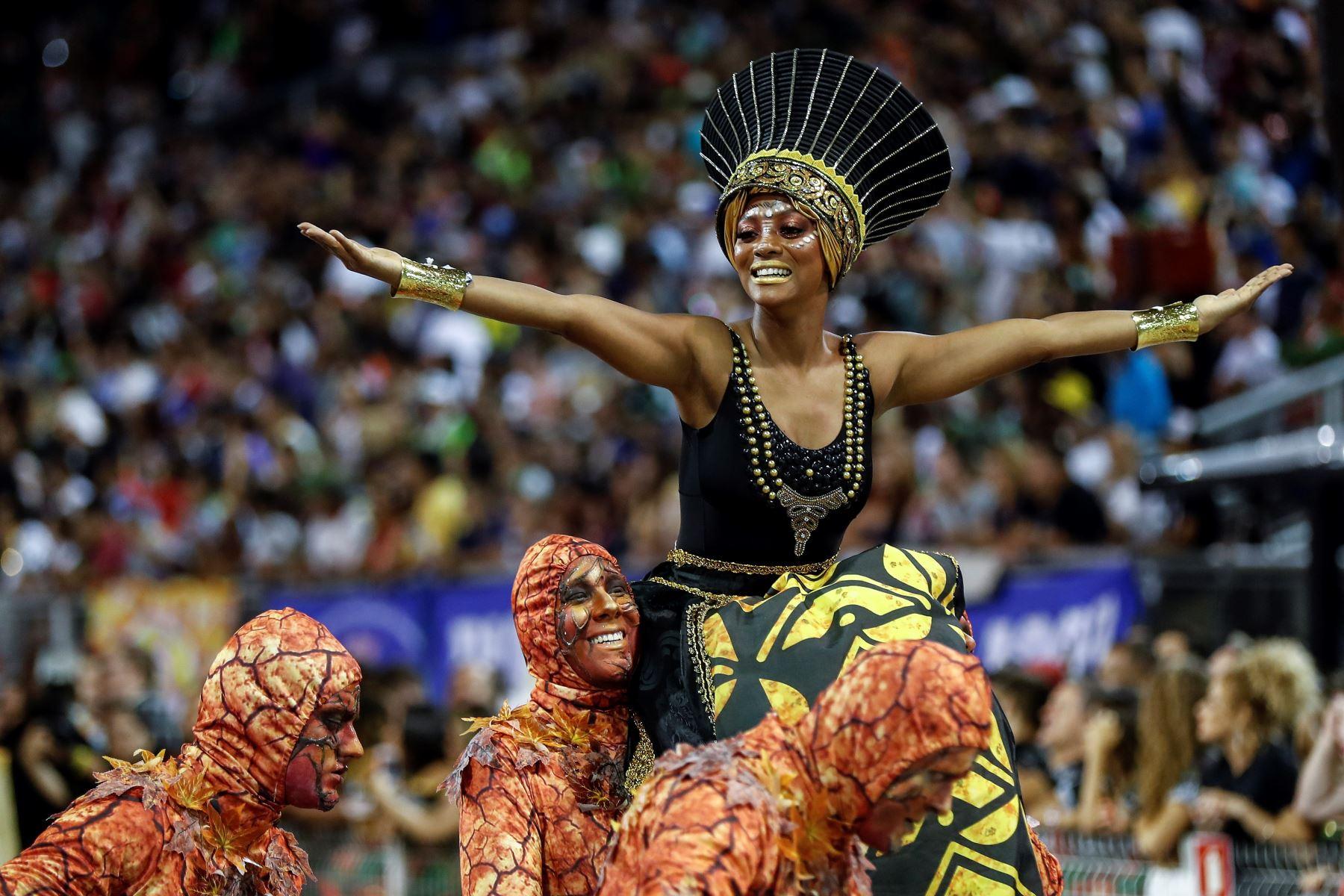 Integrantes de la escuela de samba del Grupo Especial Barroca Zona Sul  en la celebración del carnaval en el sambódromo de Anhembí en Sao Paulo (Brasil). Foto: EFE