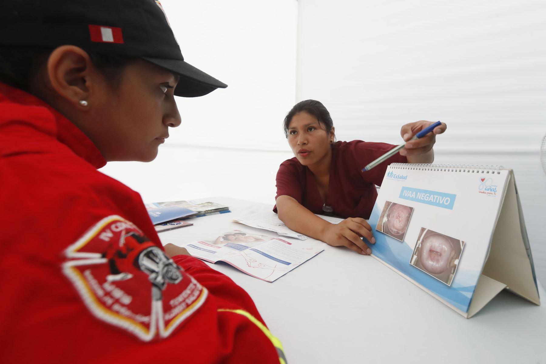 La presidenta de EsSalud, Fiorella Molinelli, firmó un convenio con la Cuerpo General de Bomberos Voluntarios del Perú, con la finalidad de brindar servicios de salud gratuito a sus más de 18 mil miembros a nivel nacional y sus familiares. Foto: ANDINA/ Renato Pajuelo