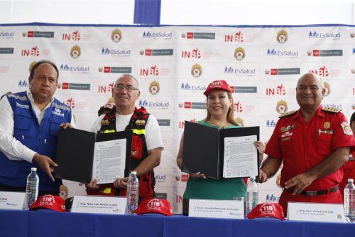 La presidenta de EsSalud firma convenio con la Cuerpo General de Bomberos Voluntarios del Perú