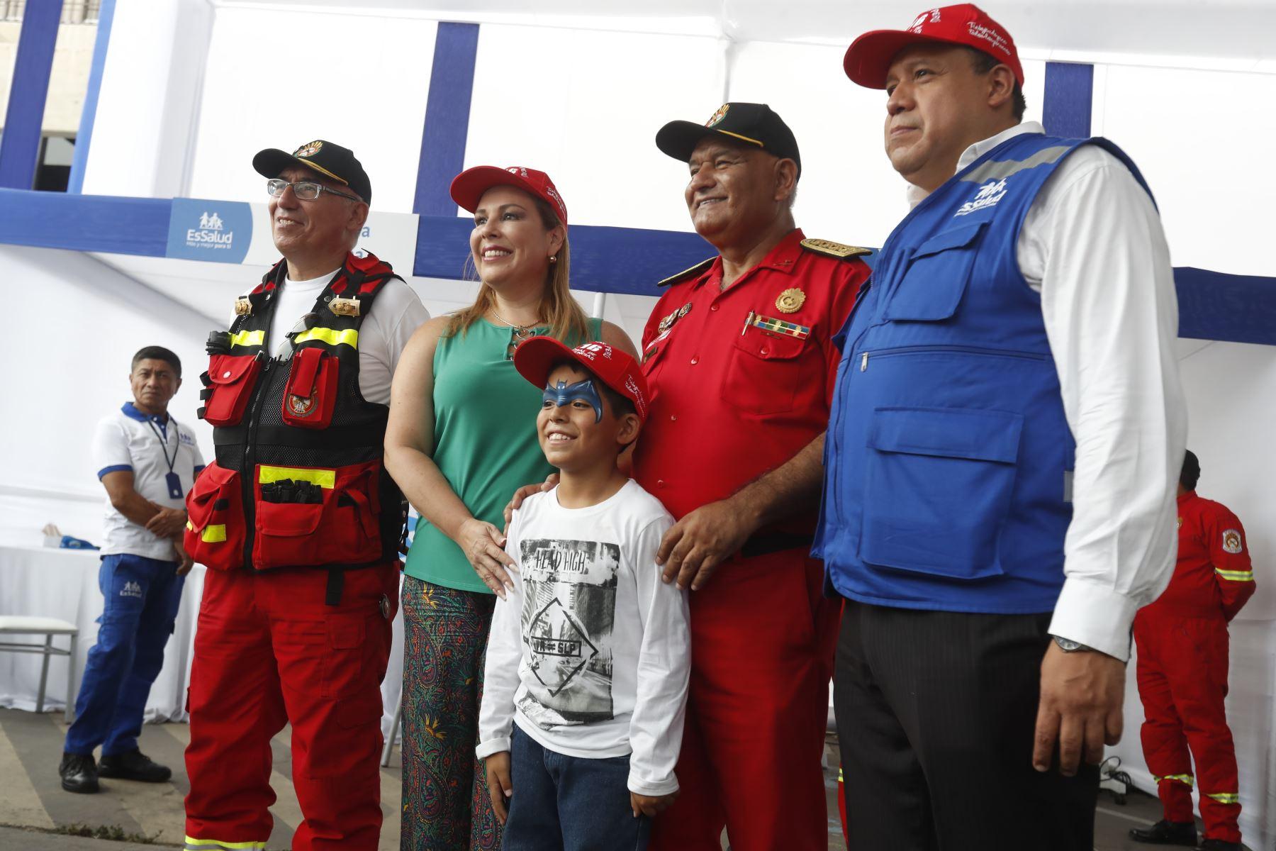 La presidenta de EsSalud, Fiorella Molinelli, firmó un convenio con la Cuerpo General de Bomberos Voluntarios del Perú, con la finalidad de brindar servicios de salud gratuito a sus más de 18 mil miembros a nivel nacional y sus familiares.Foto: ANDINA/ Renato Pajuelo