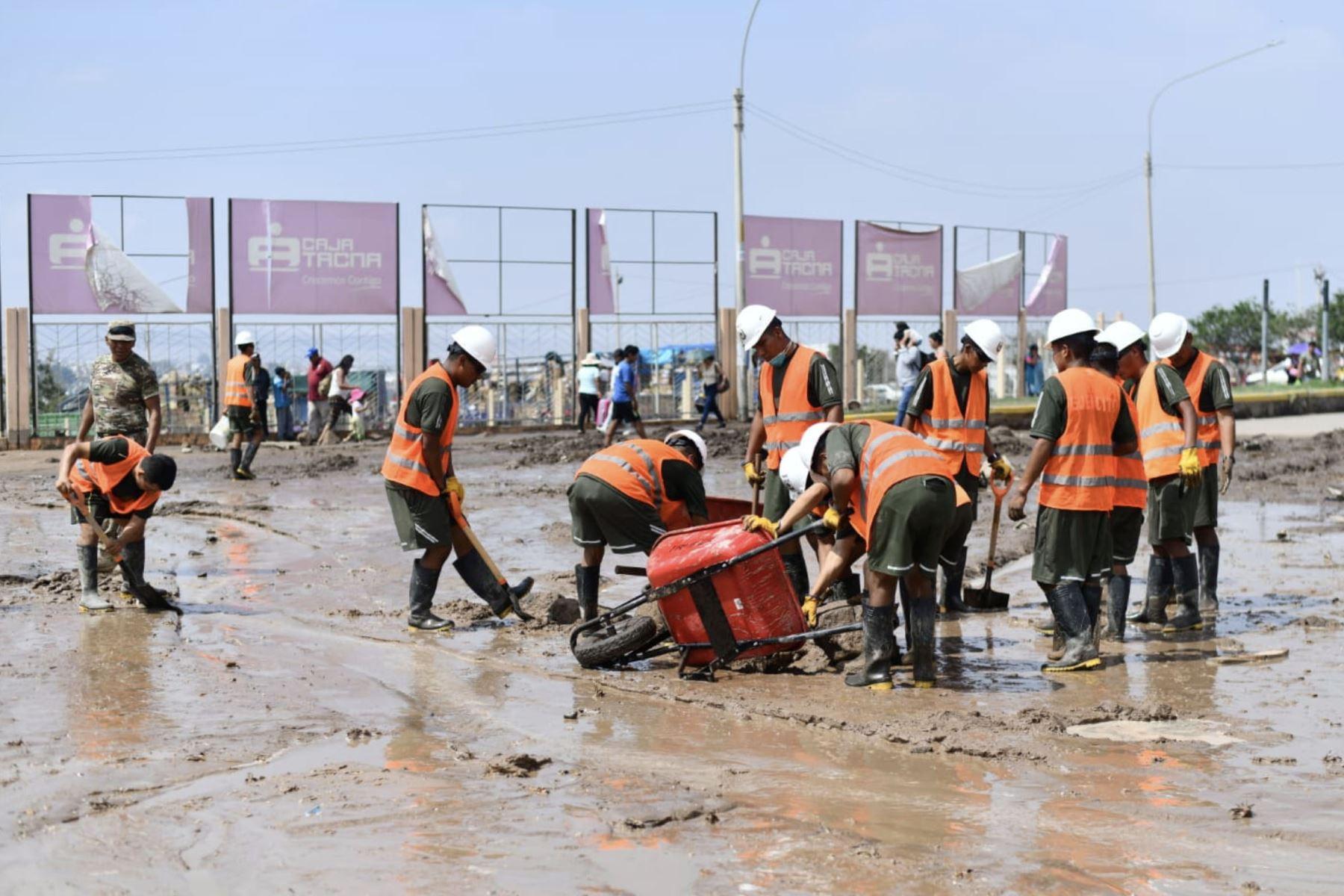 Más de 120 efectivos de la Compañía de Intervención Rápida para Desastres del Ejército peruano vienen atendiendo la emergencia provocada por un huaico en  Tacna. Foto : Cortesía /Diego Ramos Lupo