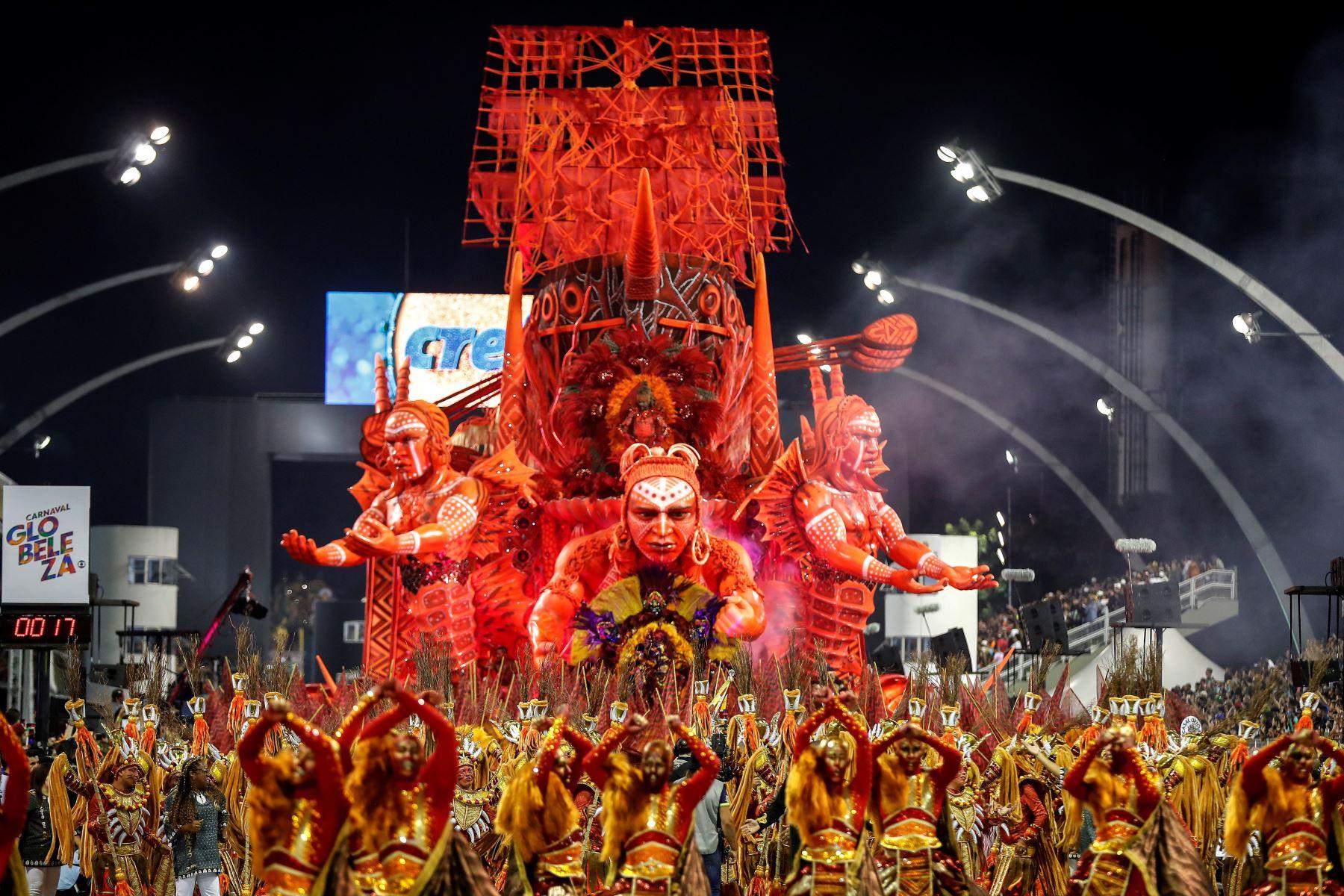 Integrantes de la escuela de samba del Grupo Especial Tom Maior en el Carnaval de Río. Foto: EFE