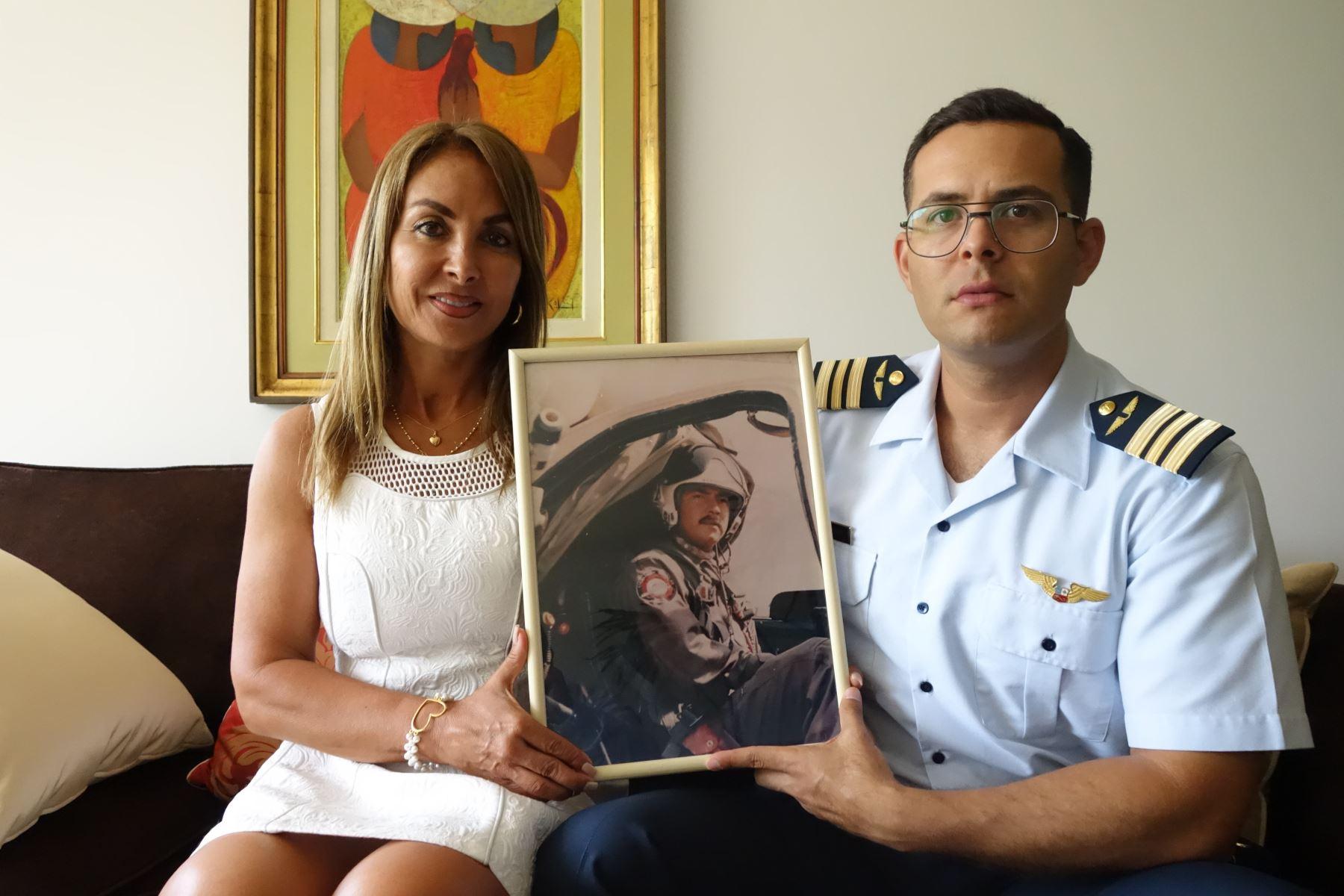 Madre e hijo del coronel Marco Schenone muestran un cuadro con su imágen, objetos personales del héroe limeño se resguardan en el palacio Rospigliosi, de la Fuerza Aérea del Perú (FAP), en el Cercado de Lima. Foto: ANDINA/Difusión José Vadillo