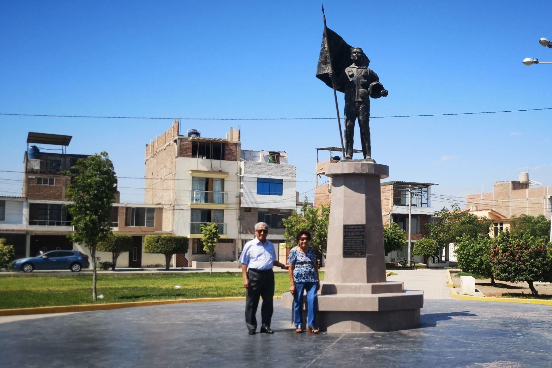 Cada día que pasa por el parque de su barrio, en la urbanización Bancarios de la ciudad de Chiclayo, don Víctor García se encuentra con un busto dedicado a su hijo, el mayor Luis Alberto García Rojas, Patrono de la Aviación del Ejército. Foto: ANDINA / Difusión