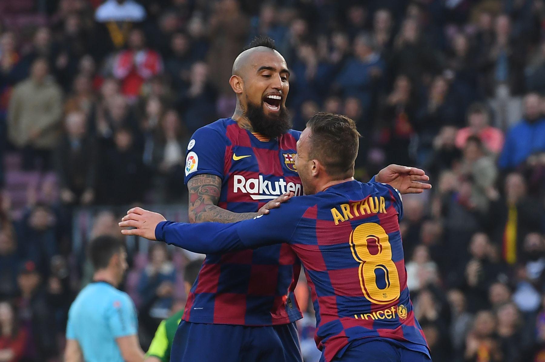 El centrocampista brasileño de Barcelona Arthur celebra con el centrocampista chileno de Barcelona Arturo Vidal después de anotar durante el partido de fútbol de la liga española FC Barcelona contra SD Eibar. Foto: AFP