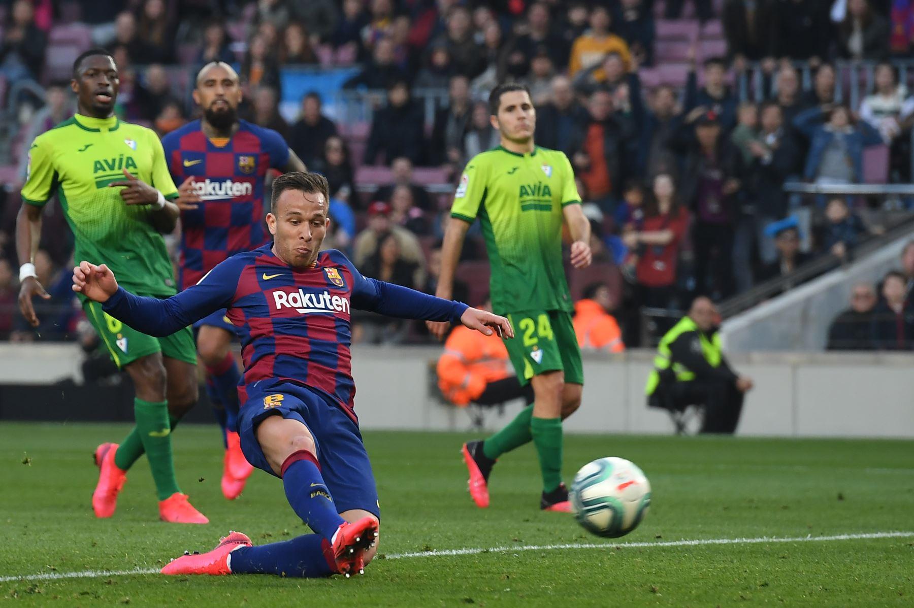 El mediocampista brasileño de Barcelona Arthur anota durante el partido de fútbol de la liga española FC Barcelona contra SD Eibar. Foto: AFP