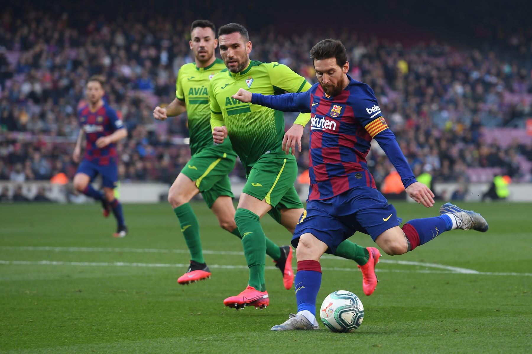 El delantero argentino de Barcelona Lionel Messi patea la pelota durante el partido de fútbol de la liga española FC Barcelona contra SD Eibar. Foto: AFP