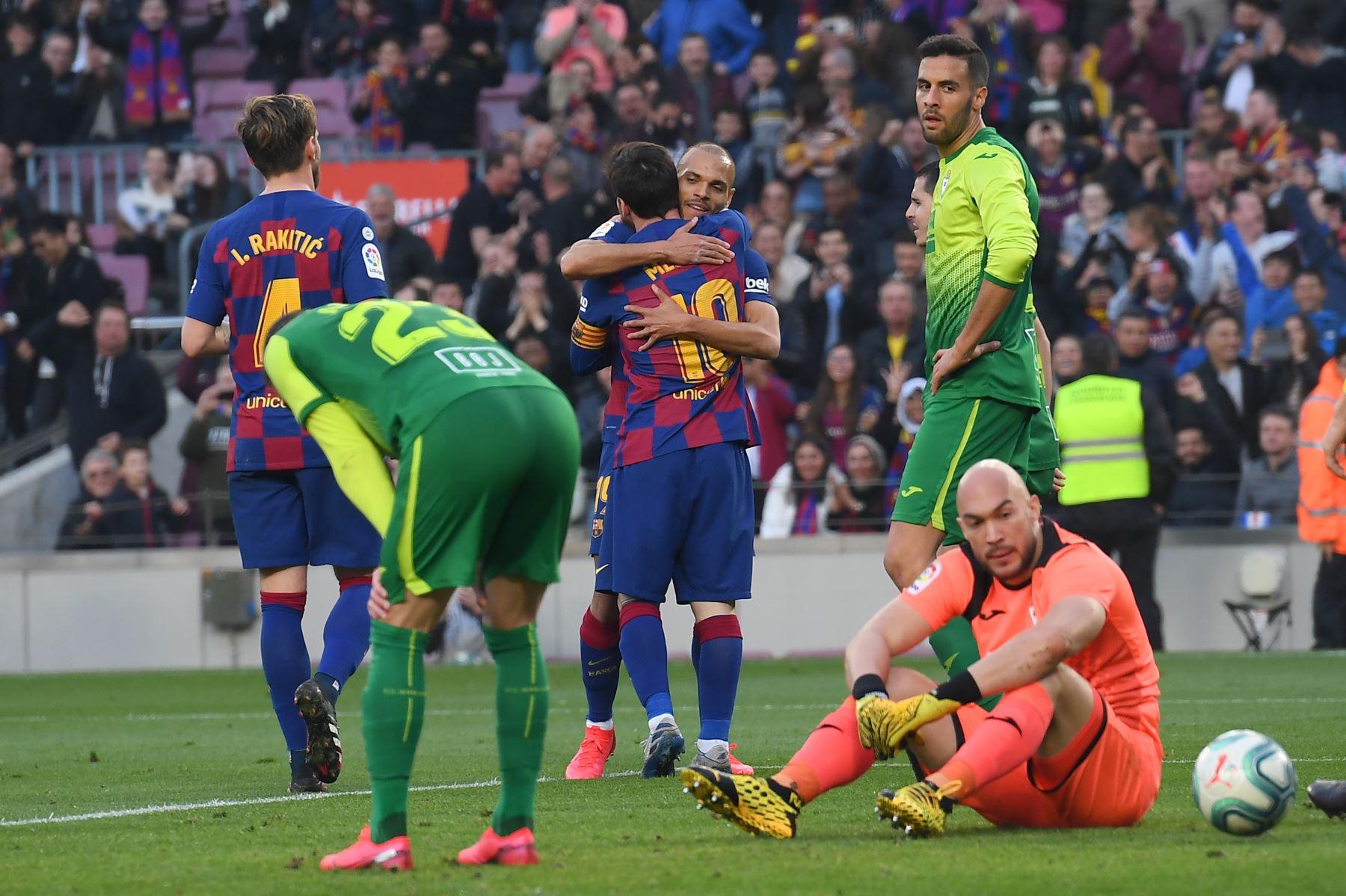El delantero argentino de Barcelona Lionel Messi  celebra con el delantero danés de Barcelona Martin Braithwaite después de anotar durante el partido de fútbol de la liga española FC Barcelona contra SD Eibar. Foto: AFP