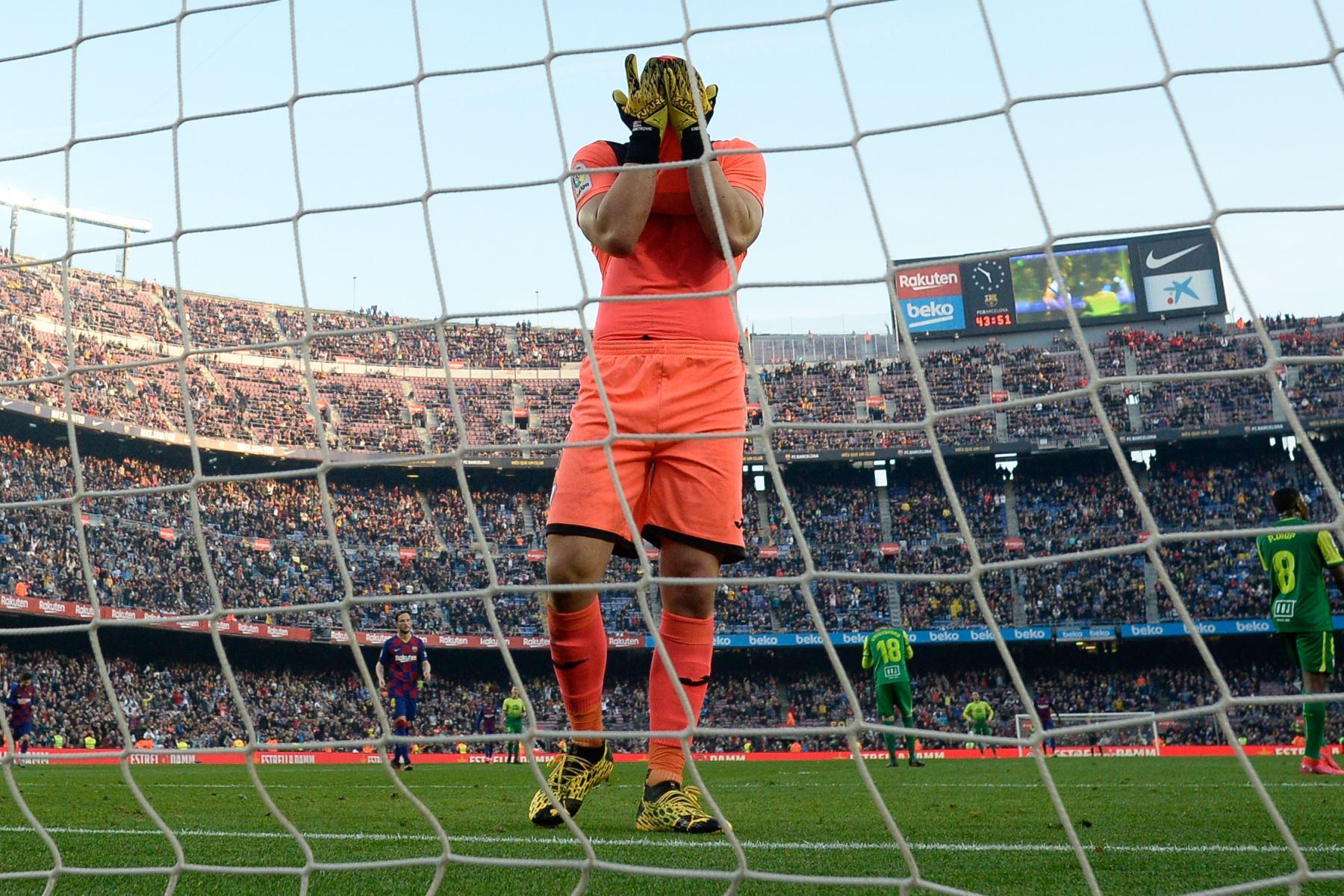 El portero serbio de Eibar, Marko Dmitrovic, reacciona después de que el delantero argentino de Barcelona Lionel Messi anotó durante el partido de fútbol de la liga española FC Barcelona contra SD Eibar. Foto: AFP