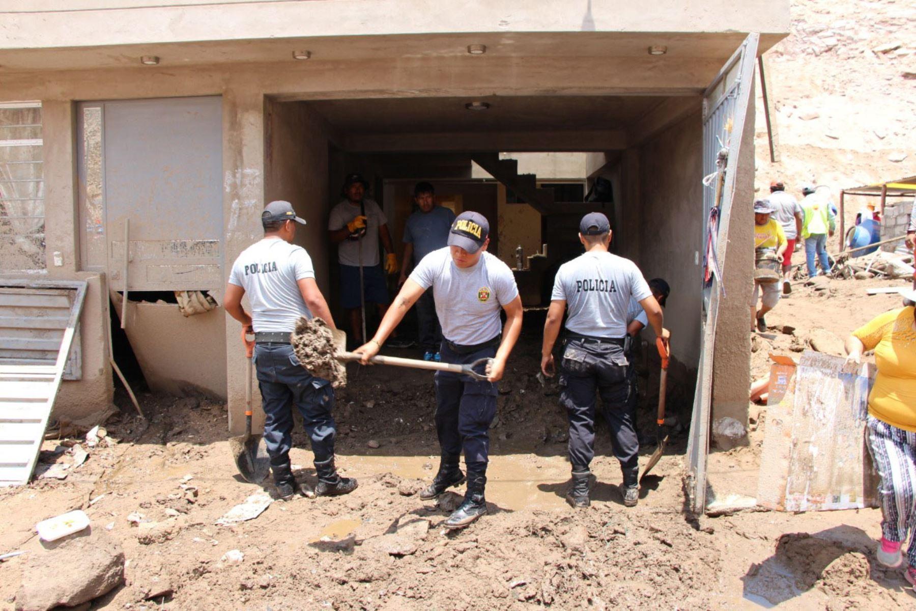 Policia del Peru, Ejercito del Peru  y obreros municipales trabajan en la remoción de escombros en las zonas afectadas por el huaico, en Tacna. Foto: Minagri