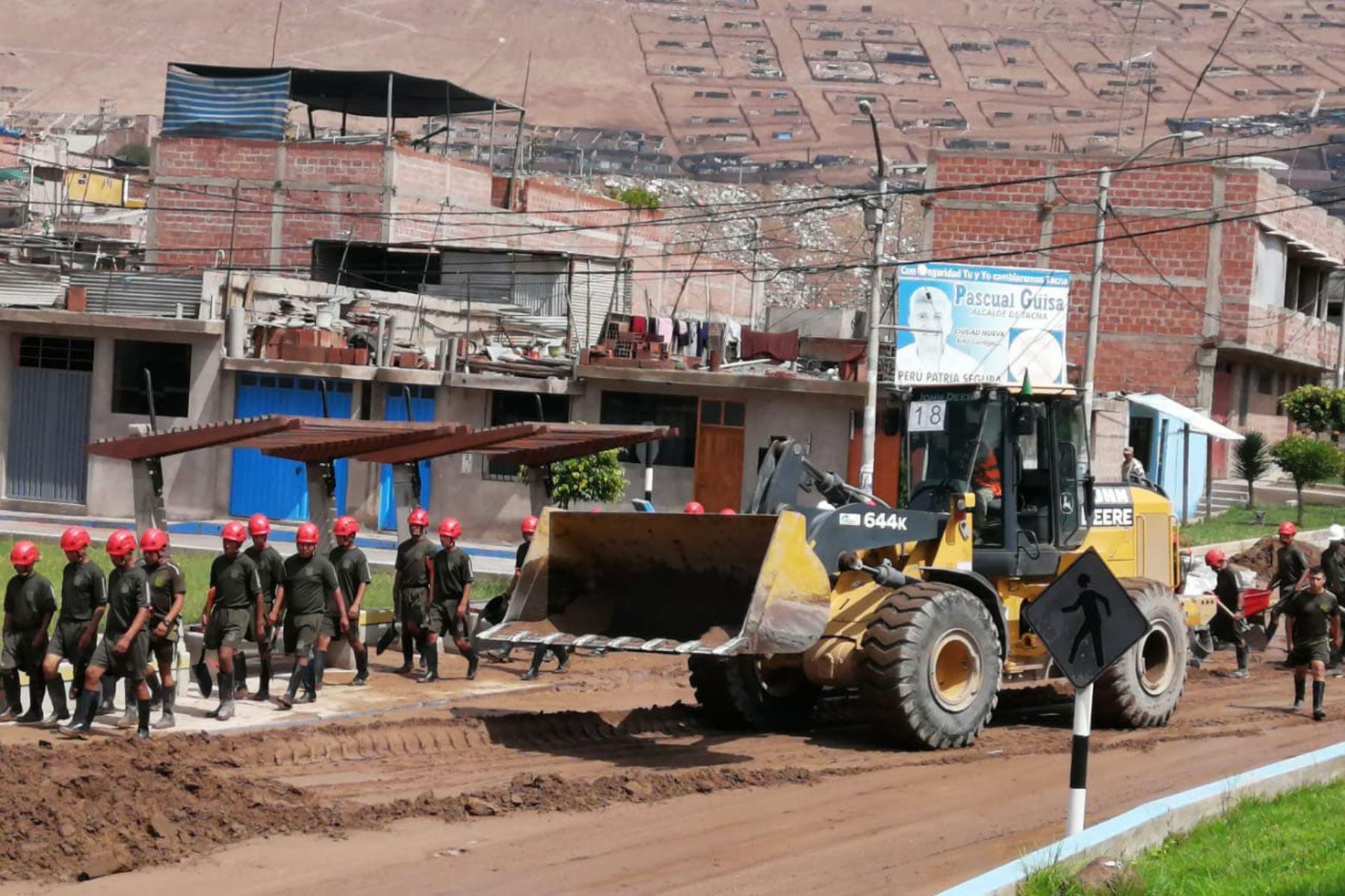 Personal del Ejercito del Peru permanece apoyando a la población afectada por huaico.  Foto: Mindef