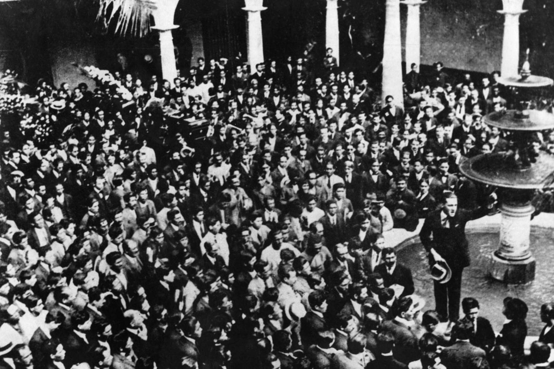 Lima - Mayo 1923 / El estudiante Víctor Raúl Haya de la Torre pronunciando su discurso en el patio de la Universidad de San Marcos antes de iniciarse el cortejo fúnebrre de las víctimas de la protesta contra la consagración del país al Corazón de Jesús.  Foto: revista Variedades