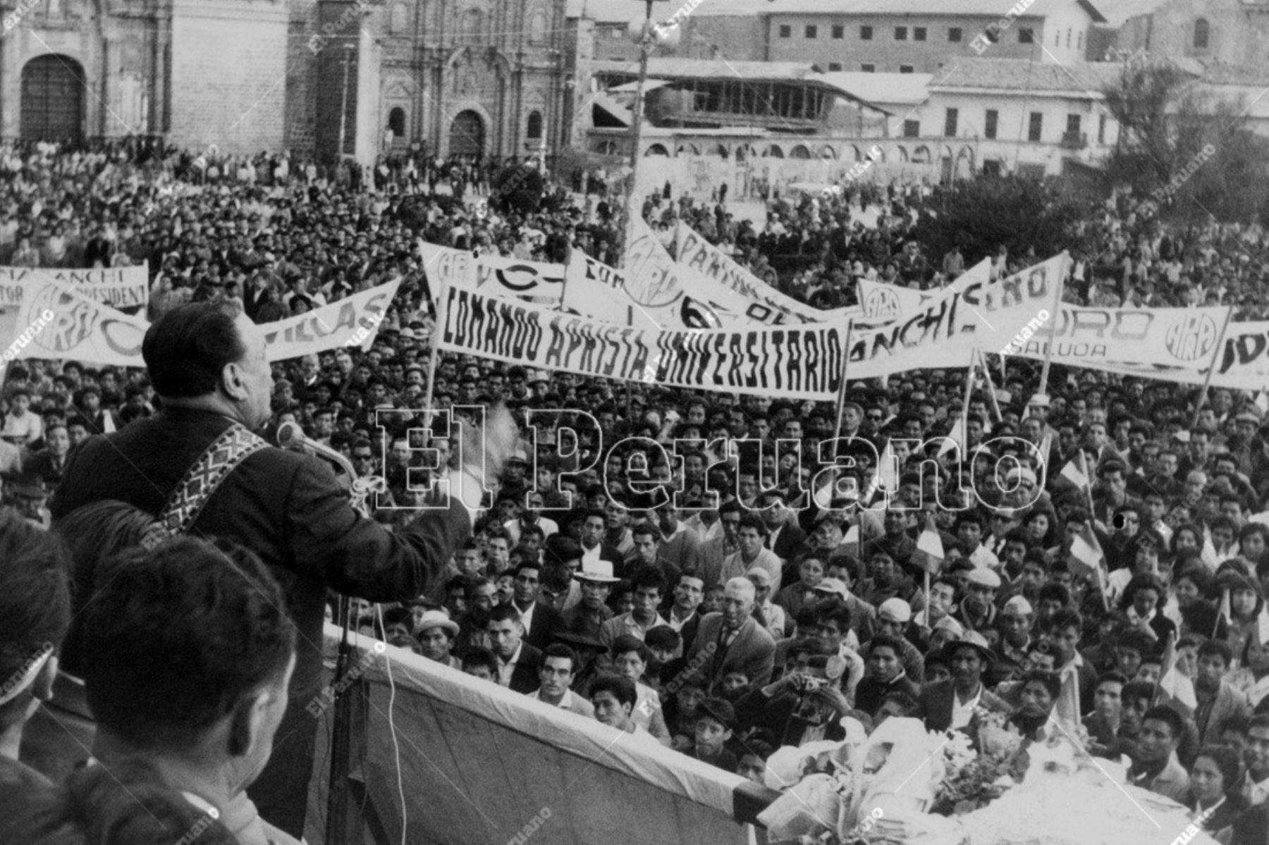 Cusco - 4 mayo 1963 / Víctor Raúl Haya de la Torre, candidato presidencial del APRA, en multitudinario mitin en la Plaza de Armas de la ciudad del Cusco. Foto: Archivo Histórico de El Peruano