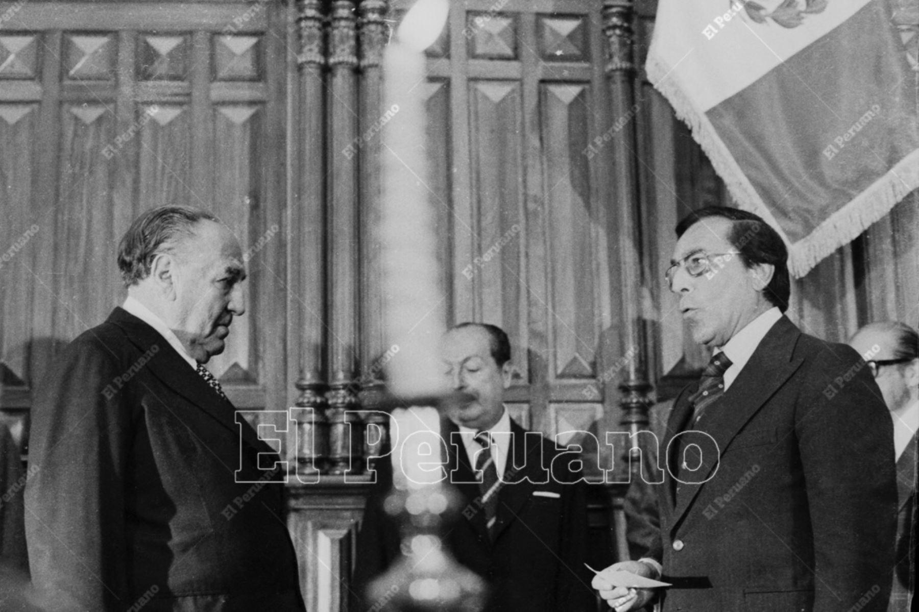 Lima - 18 julio 1978 / Víctor Raúl Haya de la Torre  juramenta como presidente de la Junta Preparatoria de la  Asamblea Constituyente ante Luis Bedoya Reyes, representante del Partido Popular Cristiano (PPC).  Foto: Archivo Histórico de El Peruano.