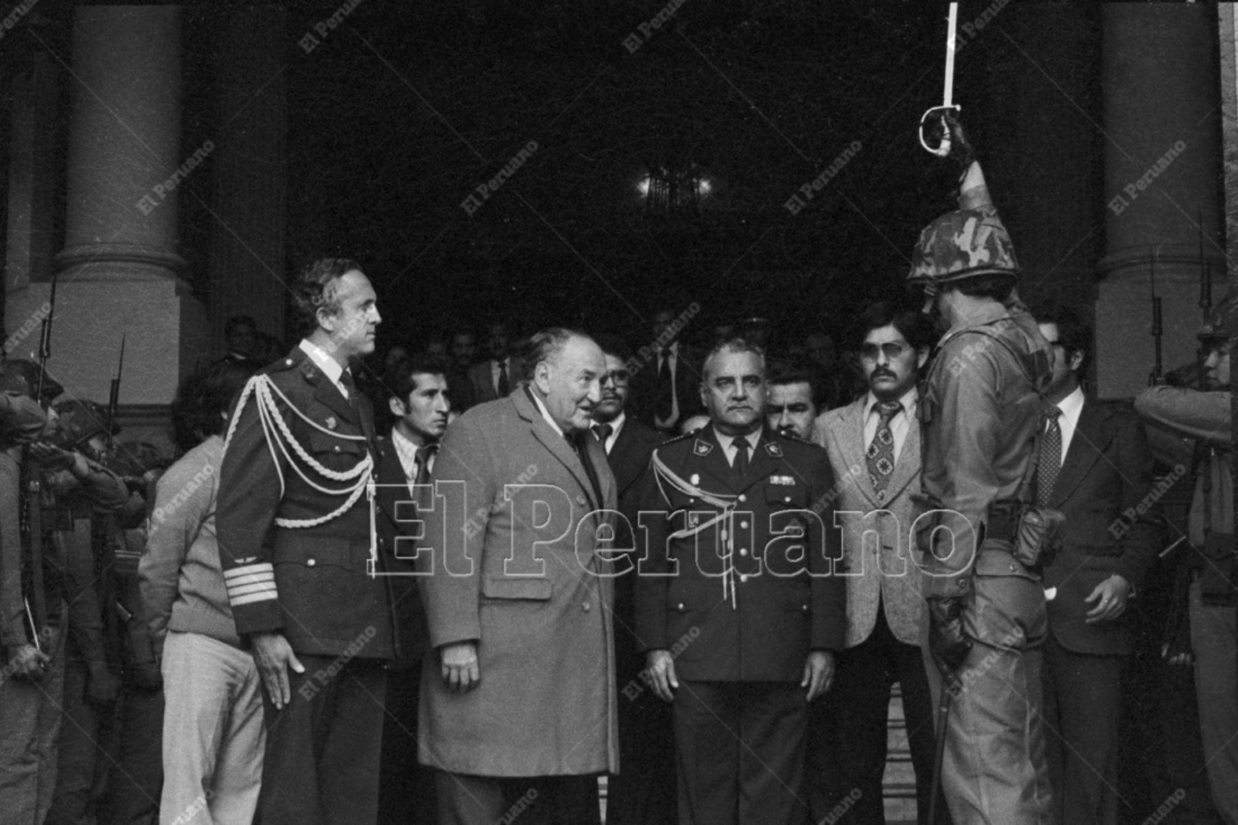Lima - 4 agosto 1978 / Víctor Raúl Haya de la Torre, líder del APRA y presidente de la Asamblea Constituyente, recibe honores militares a su salida de la sede del Congreso.   Foto: Archivo Histórico de El Peruano.