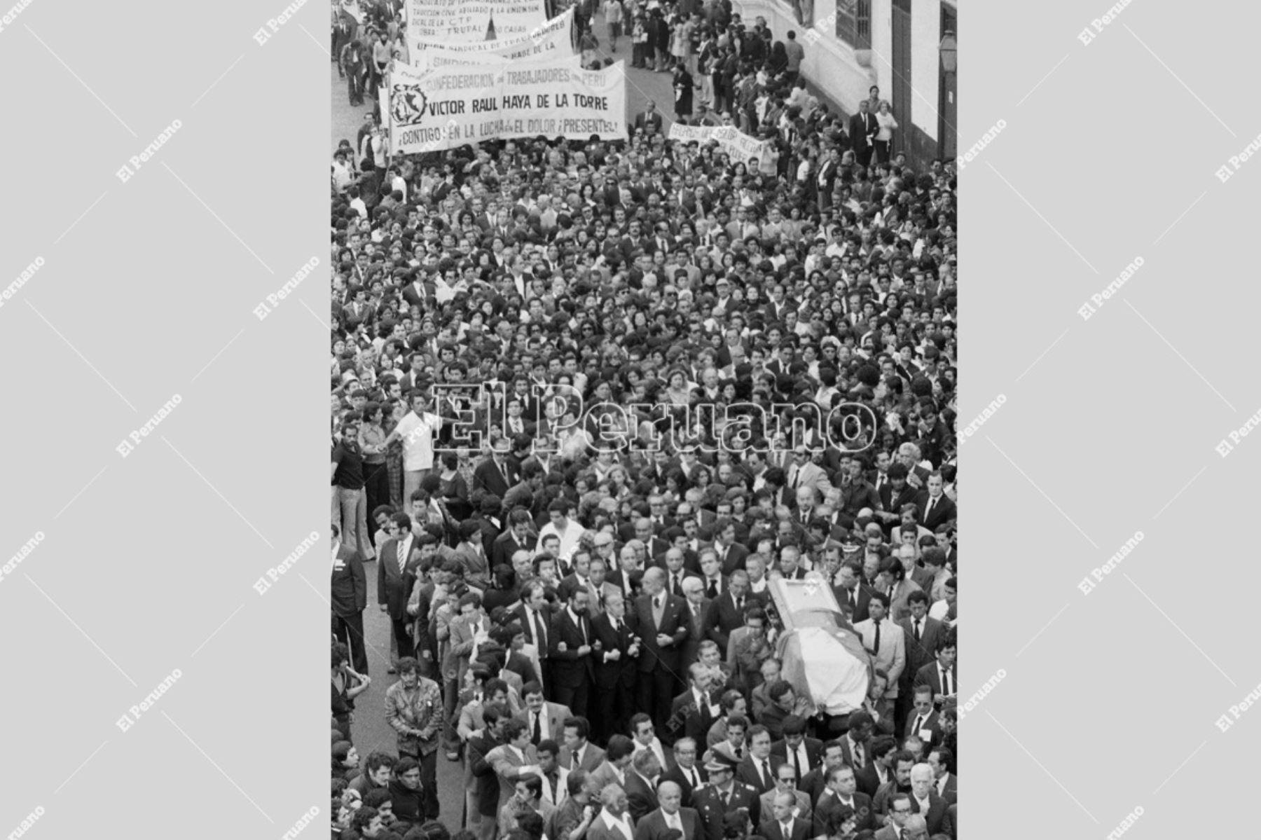 Trujillo - 9 agosto 1979 / Multitudinario adiós al lider y fundador del APRA, Víctor Raúl Haya de la Torre, en su tierra natal. Foto: Archivo El Peruano